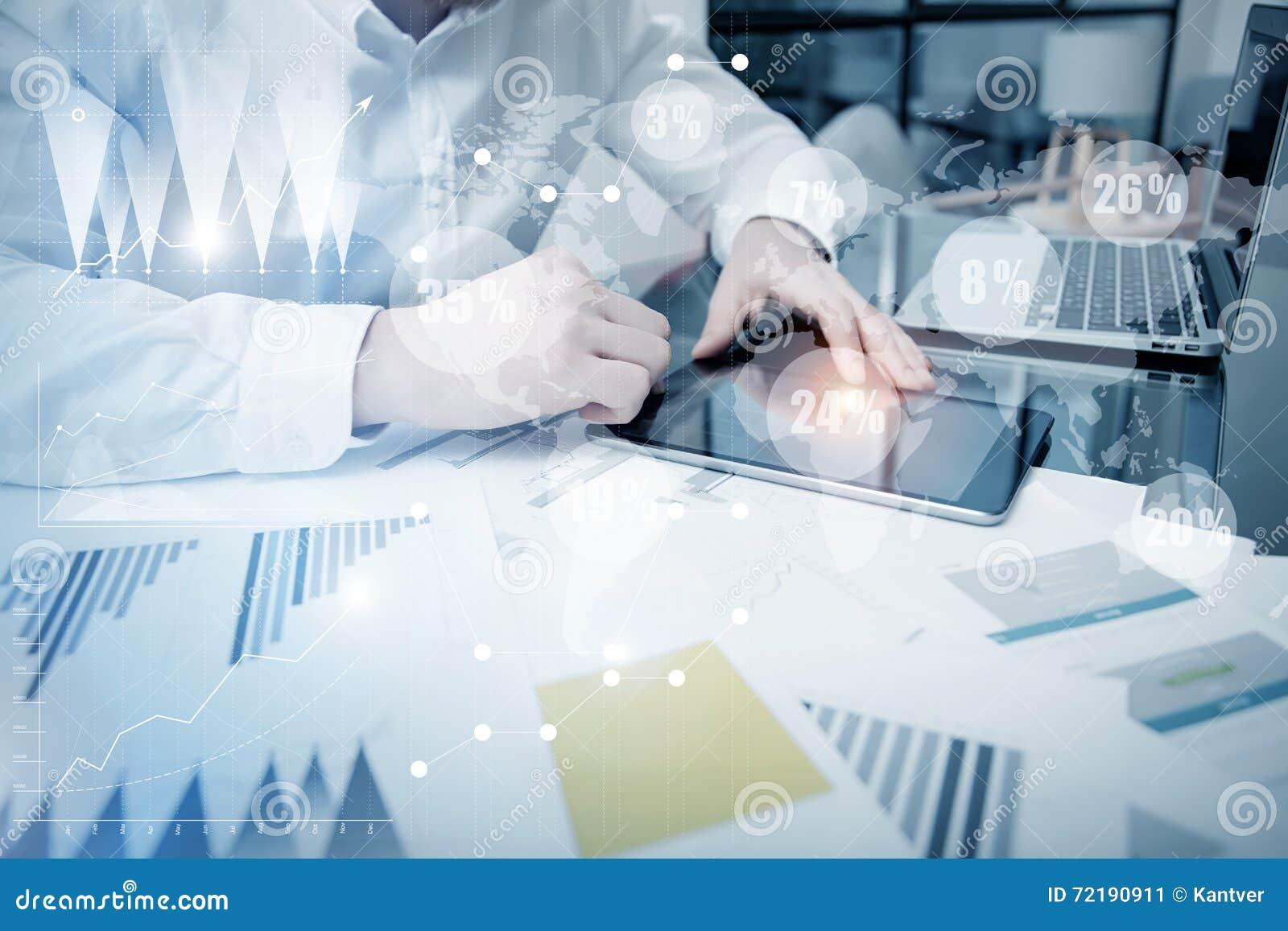 Σε απευθείας σύνδεση διαδικασία εργασίας τμήματος πωλήσεων Λειτουργώντας έγγραφα εκθέσεων αγοράς εμπόρων φωτογραφιών σχετικά με τ