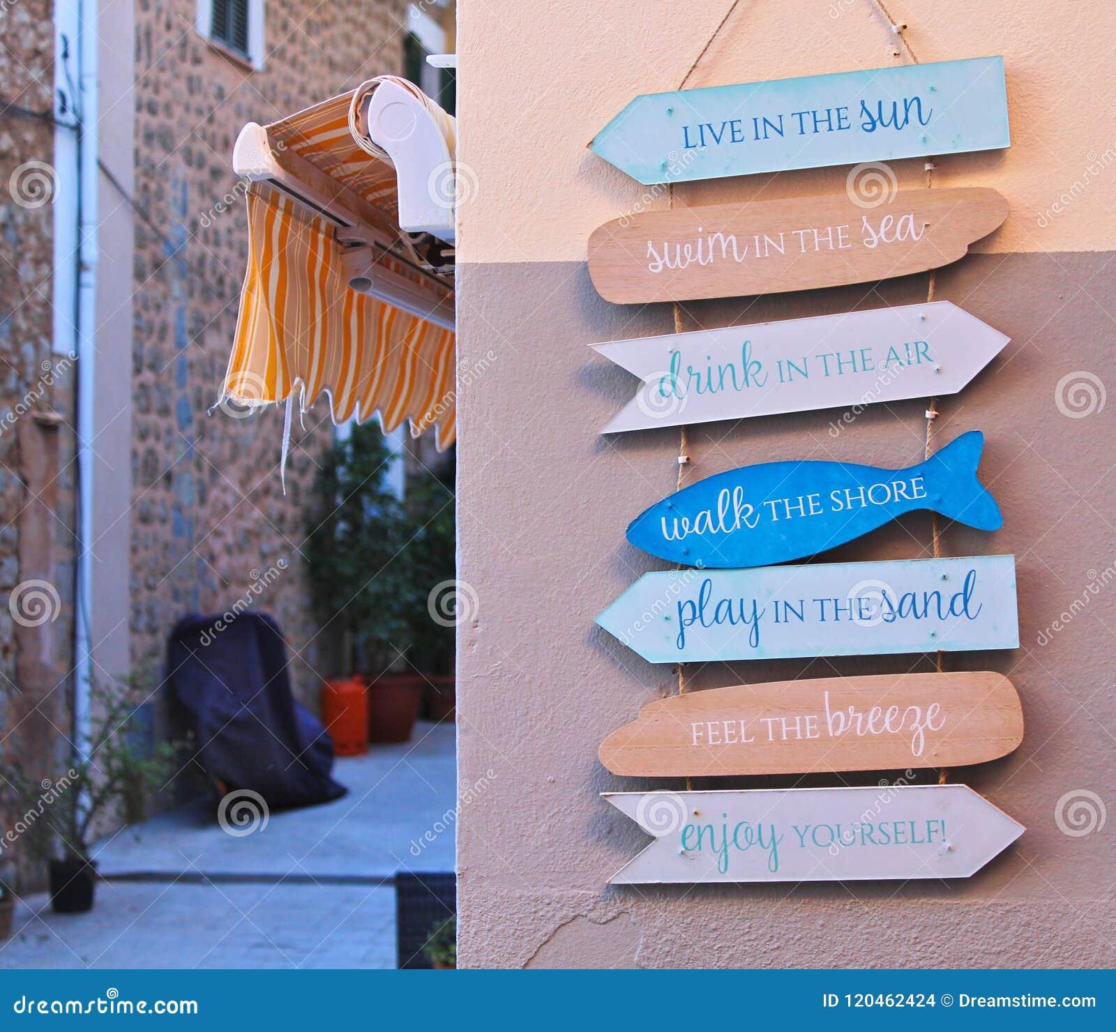 Σημάδια κατεύθυνσης ζωής διαβίωσης στον παλαιό τοίχο