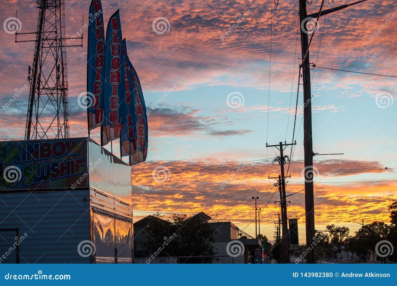 Σημάδια/σημαίες ουράνιων τόξων slushie κάτω από έναν χρωματισμένο ουράνιο τόξο ουρανό