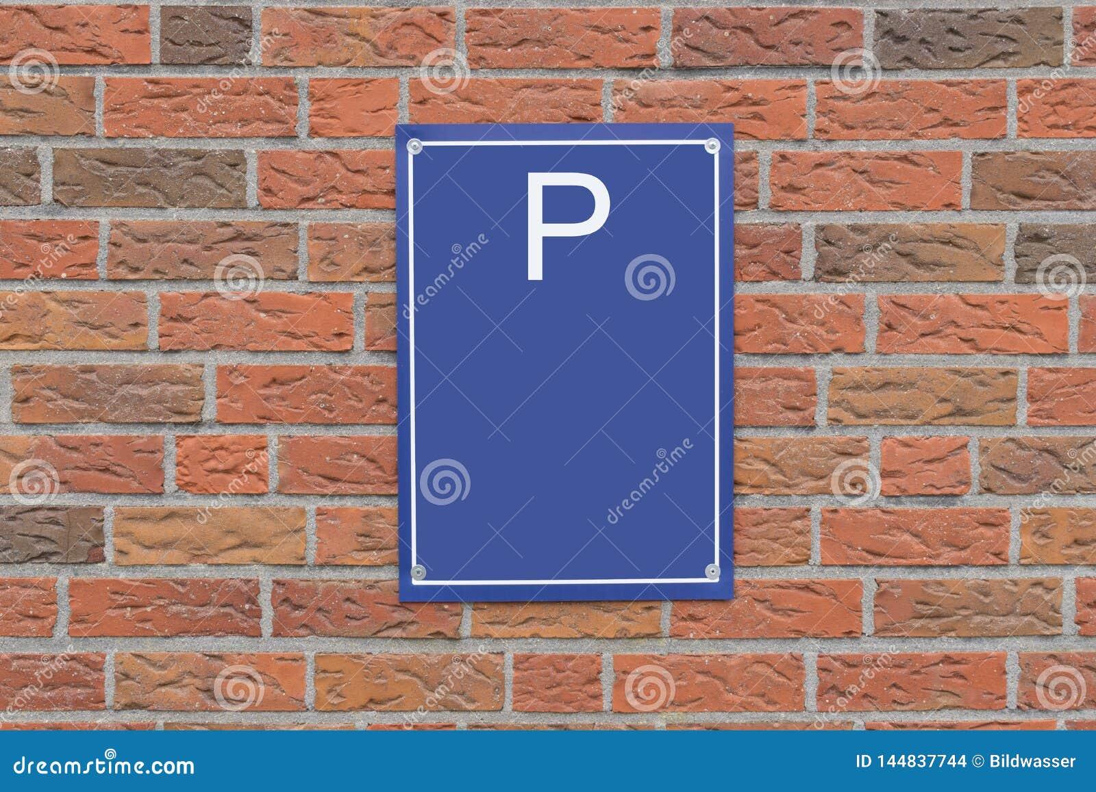 Σημάδι και τουβλότοιχος στάθμευσης Ελεύθερου χώρου