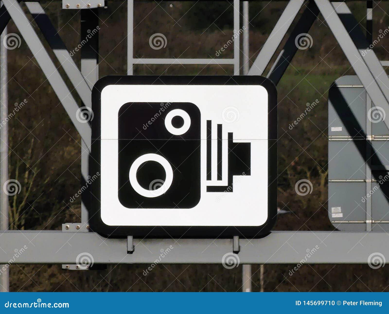Σημάδι καμερών ταχύτητας στον ατσάλινο σκελετό επάνω από τον αυτοκινητόδρομο M25 Hertfordshire