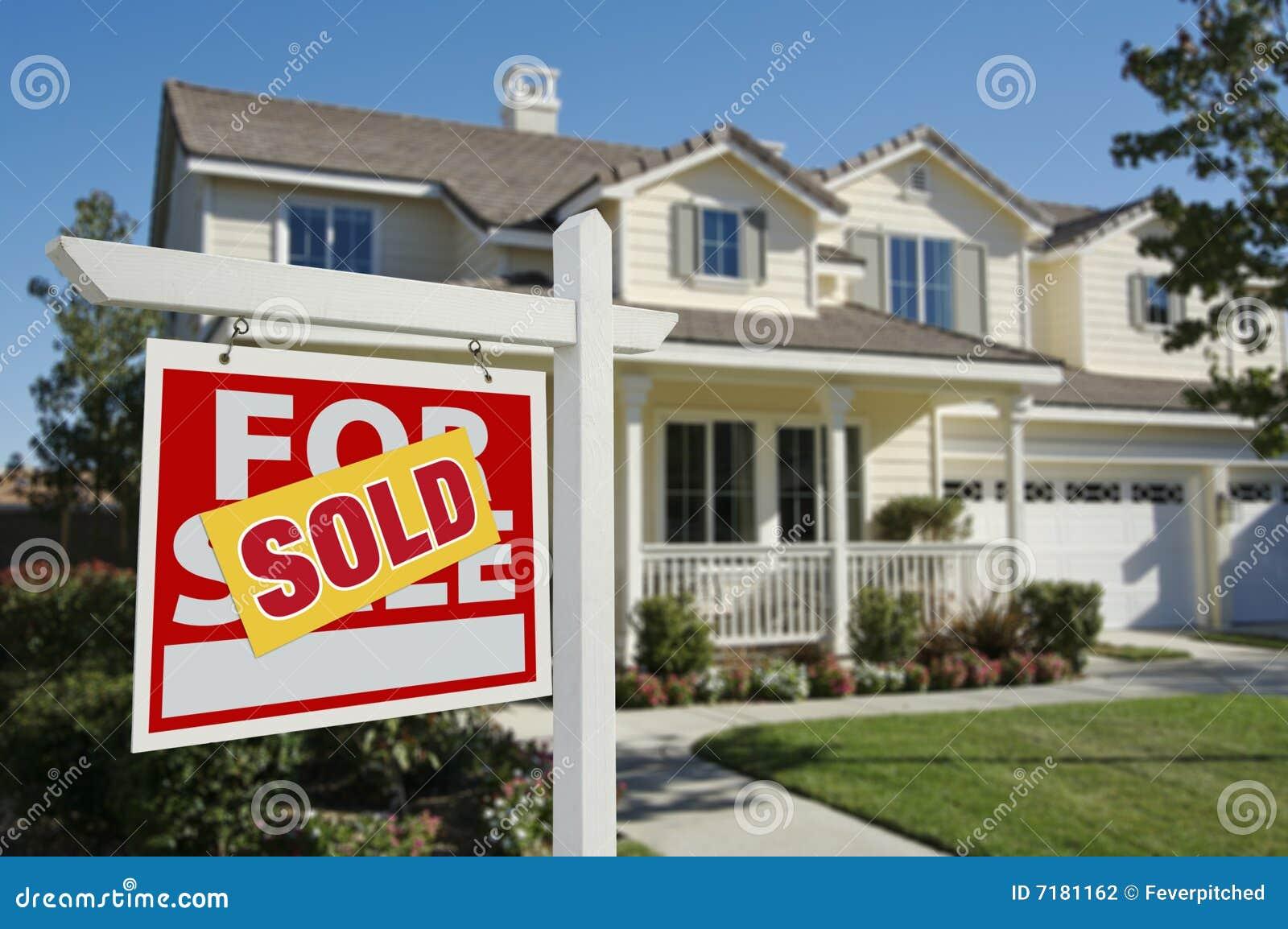 σημάδι πώλησης βασικών σπιτιών που πωλείται