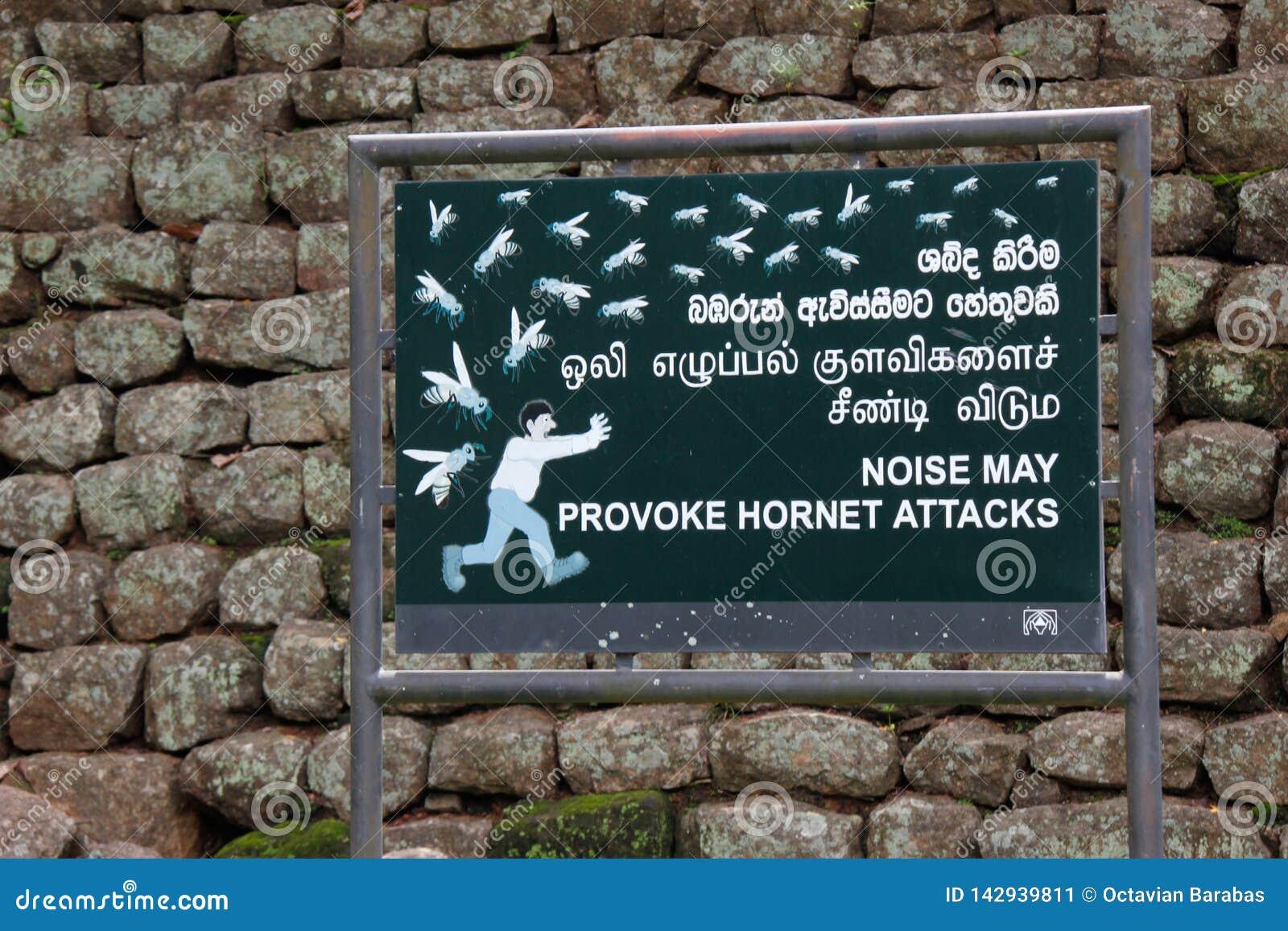 """Σημάδι: """"Beware της επίθεσης hornet """"στο βράχο/Sigiriya λιονταριών"""