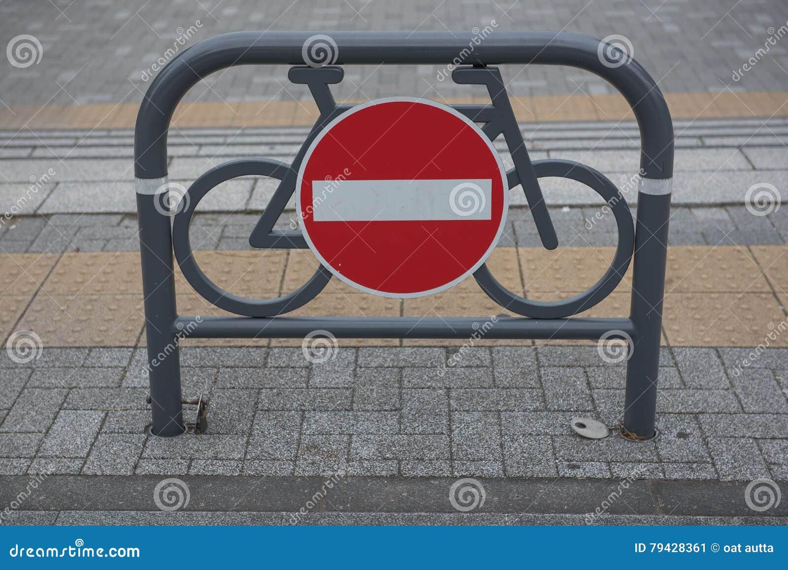 Σημάδι κυκλοφορίας ενάντια σε κόκκινο και το λευκό καμία είσοδος για τα ποδήλατα