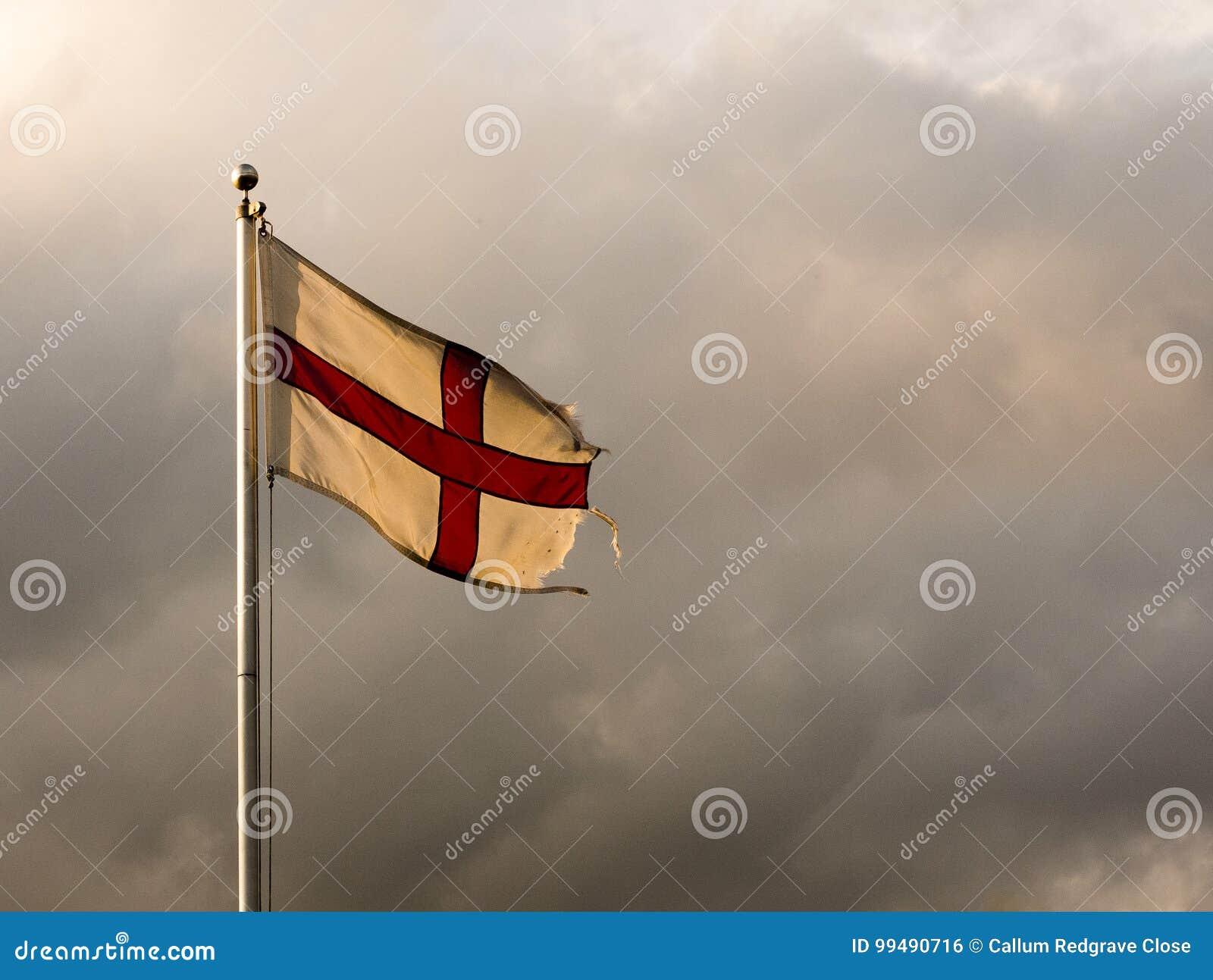 Σημαία της Αγγλίας που πετά στον ουρανό σε έναν πόλο, δραματικό συννεφιασμένος