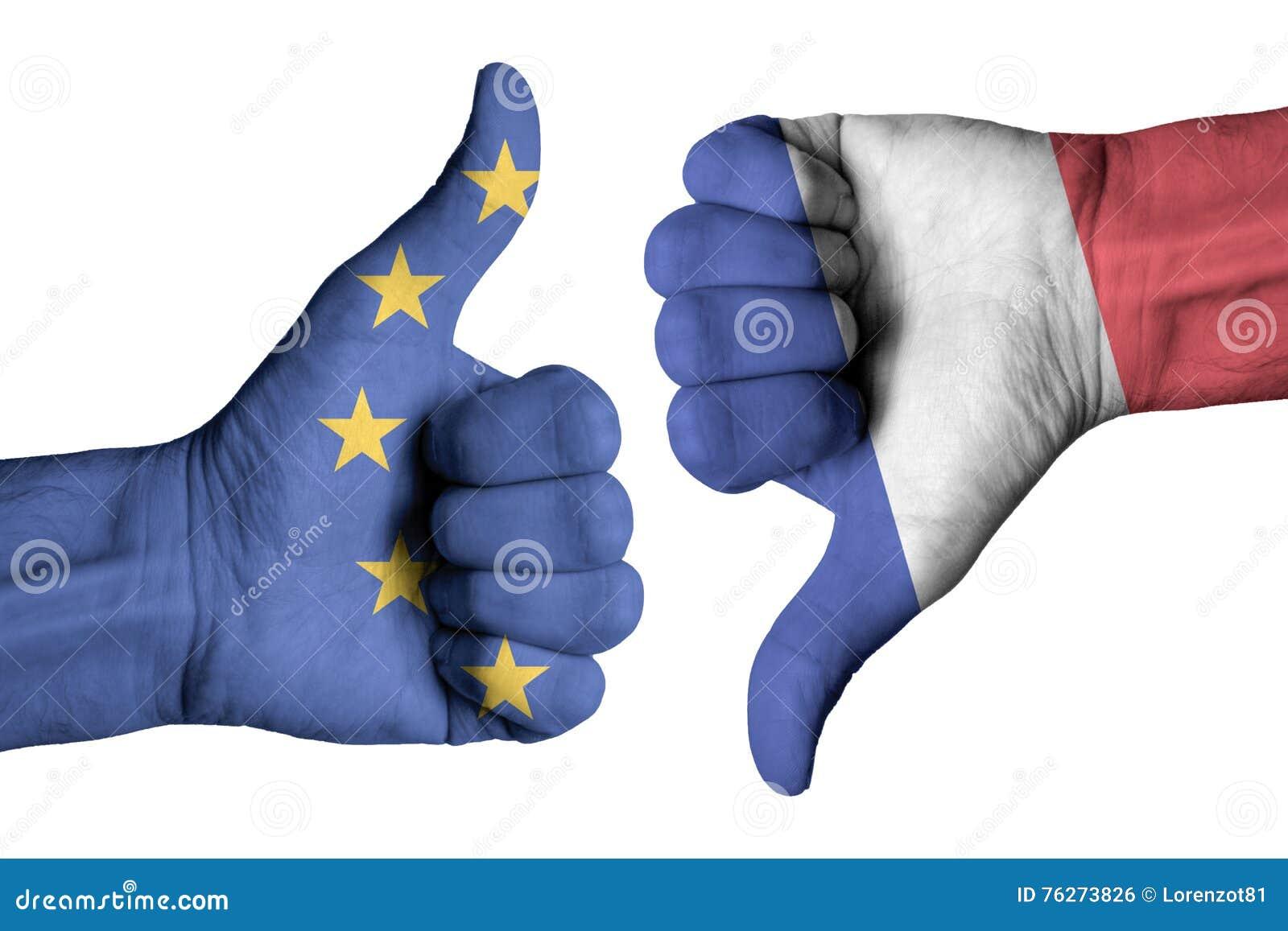 Σημαία της Γαλλίας και της Ευρώπης στον ανθρώπινο αρσενικό αντίχειρα πάνω-κάτω τα χέρια