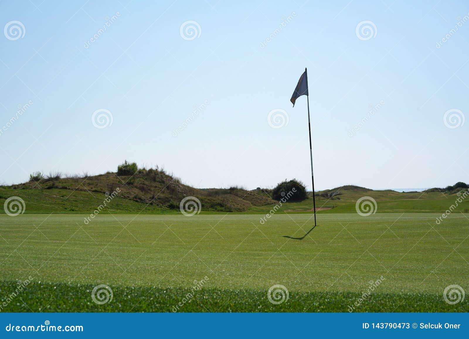 Σημαία τρυπών στο γήπεδο του γκολφ μια ηλιόλουστη ημέρα