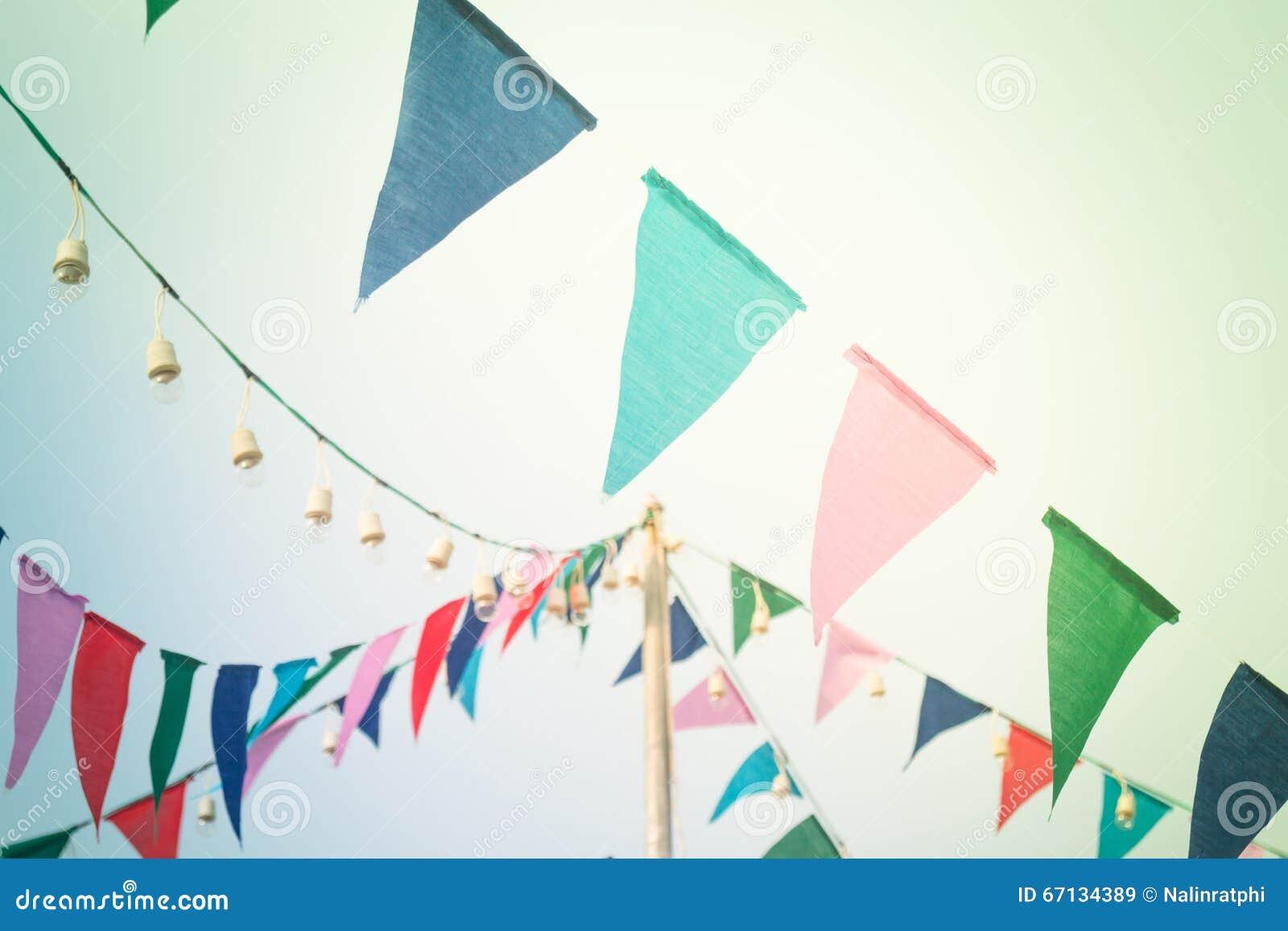 Σημαίες κόμματος στον ουρανό με το εκλεκτής ποιότητας φίλτρο