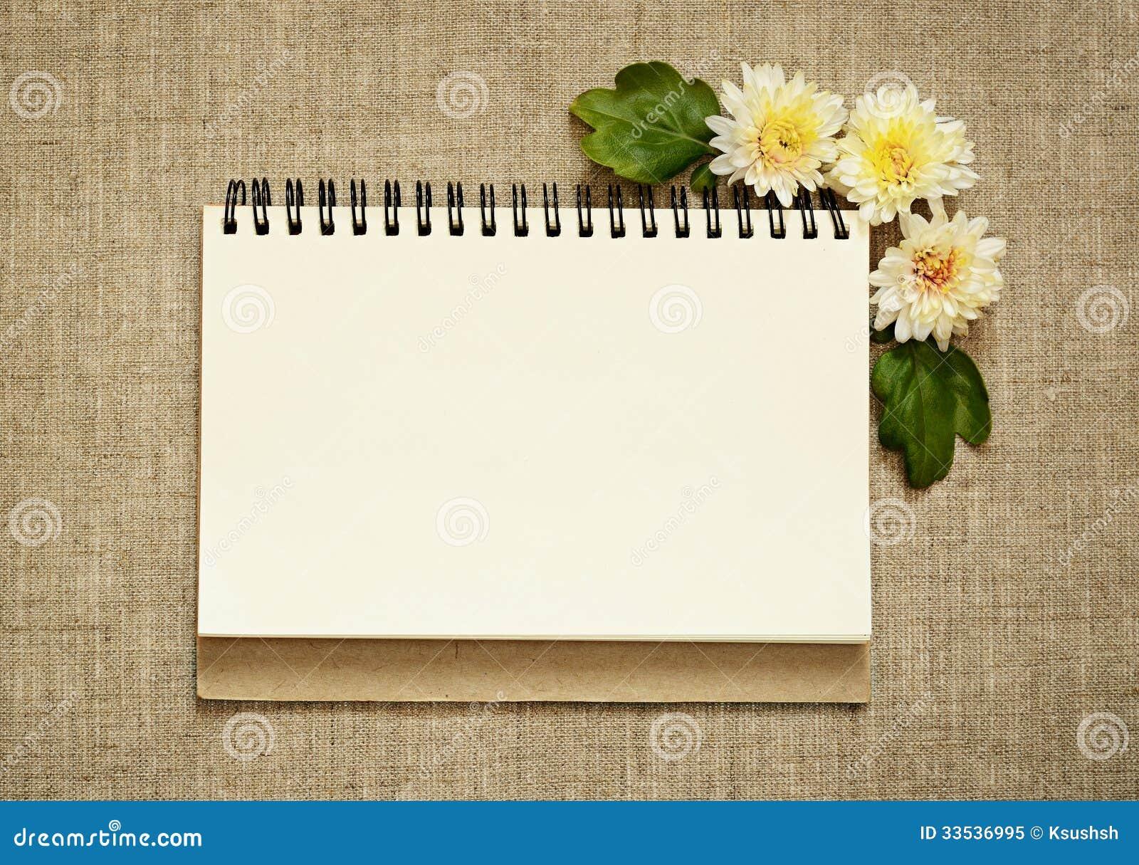 Σημειωματάριο και asters σε μια γωνία