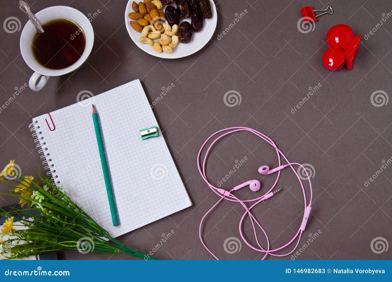 Σημειωματάριο, μάνδρα, φλιτζάνι του καφέ