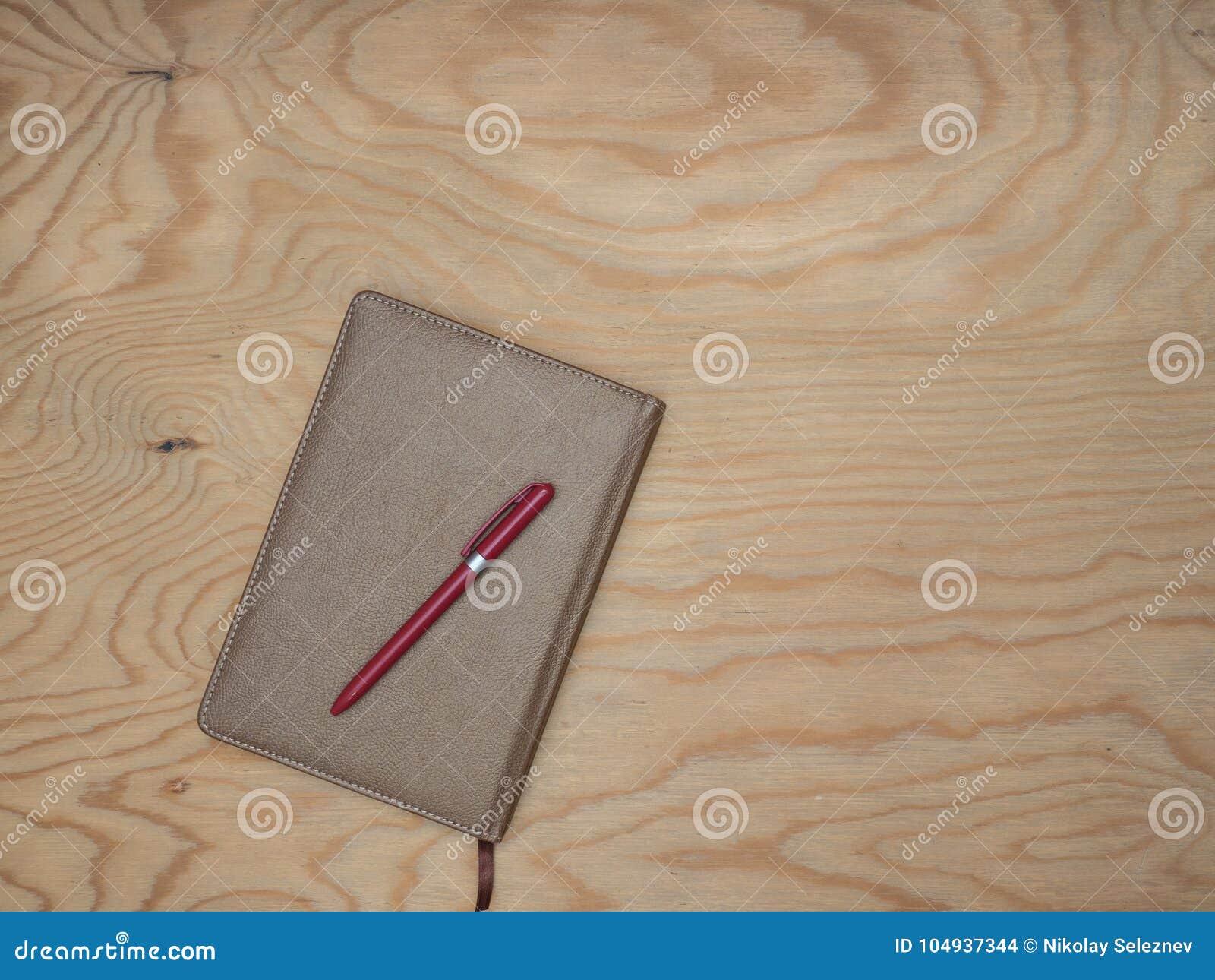 Σημειωματάριο με την ξύλινη επιτραπέζια λαβή