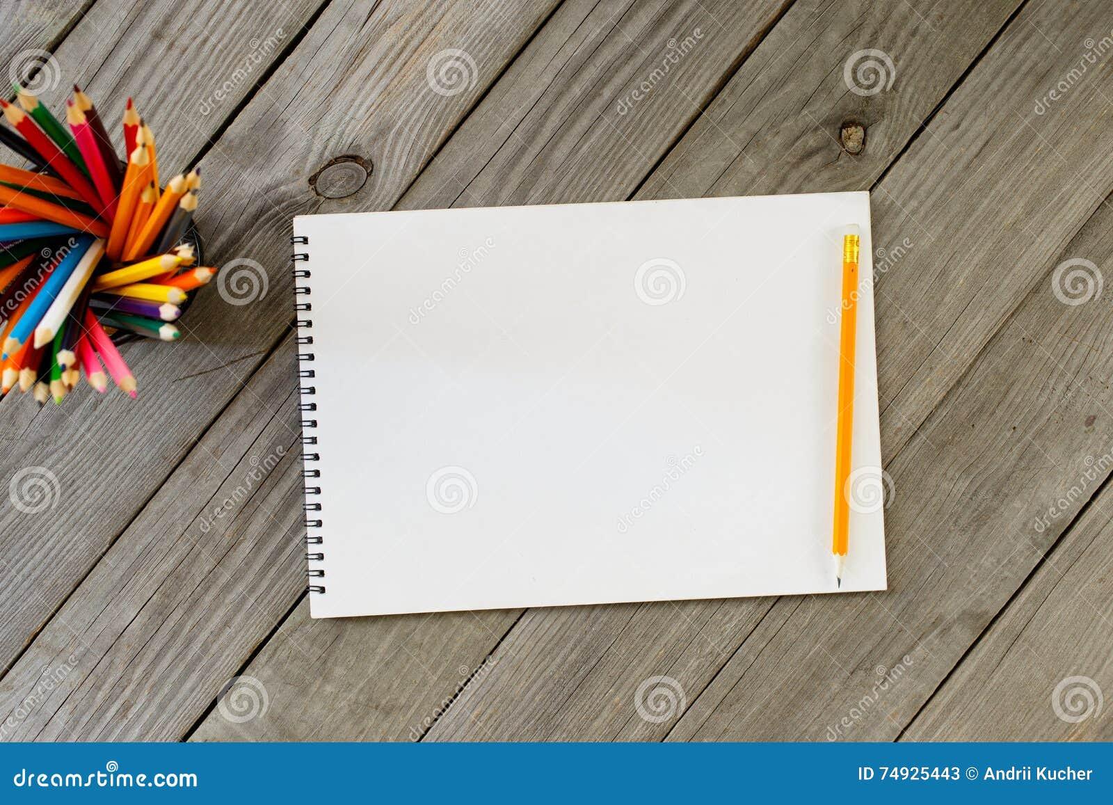 Σημειωματάριο με τις κενές σελίδες και τα χρωματισμένα μολύβια