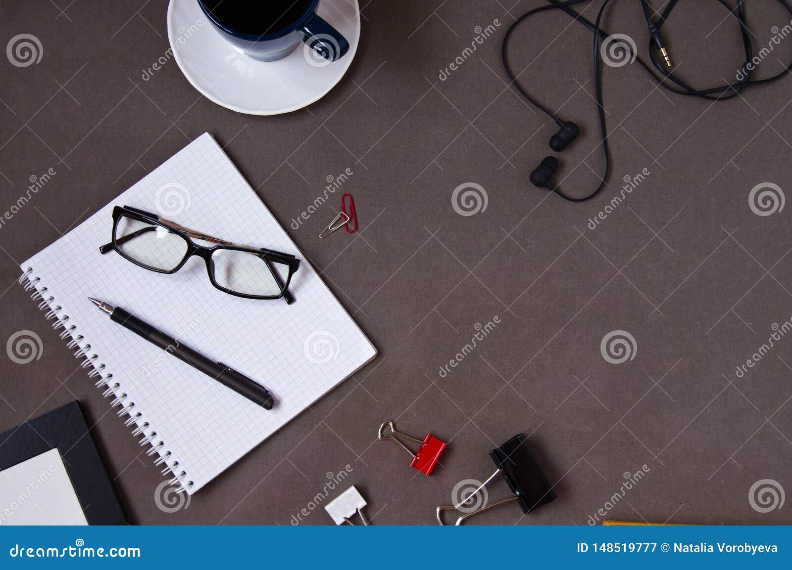 Σημειωματάριο, φλυτζάνι καφέ, γυαλιά, προμήθειες γραφείων