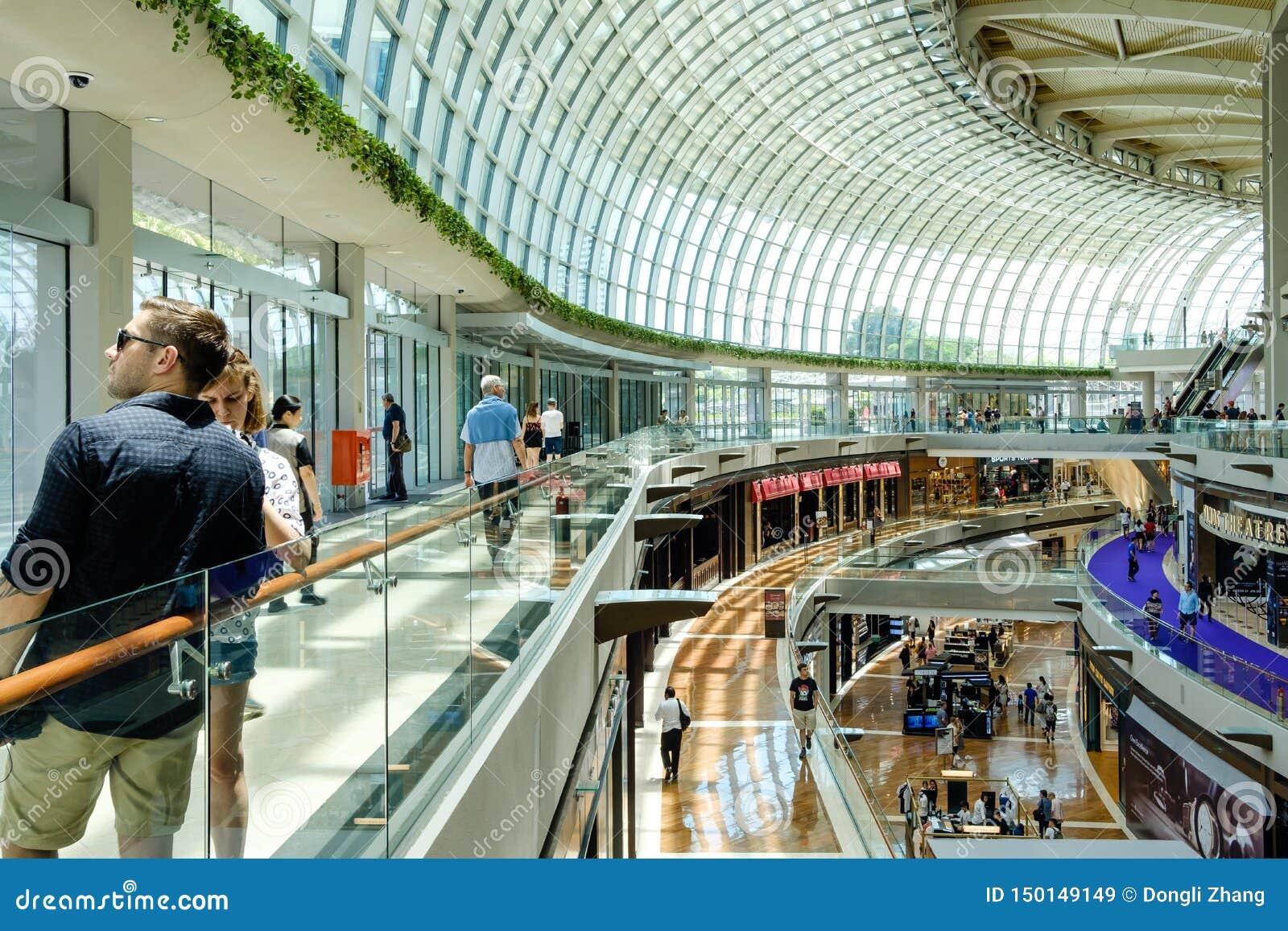 Σινγκαπούρη 13 ΑΠΡΙΛΊΟΥ 2019: εσωτερικό του Shoppes στις άμμους κόλπων μαρινών Το Shoppes είναι μια από τις μεγαλύτερες αγορές πο