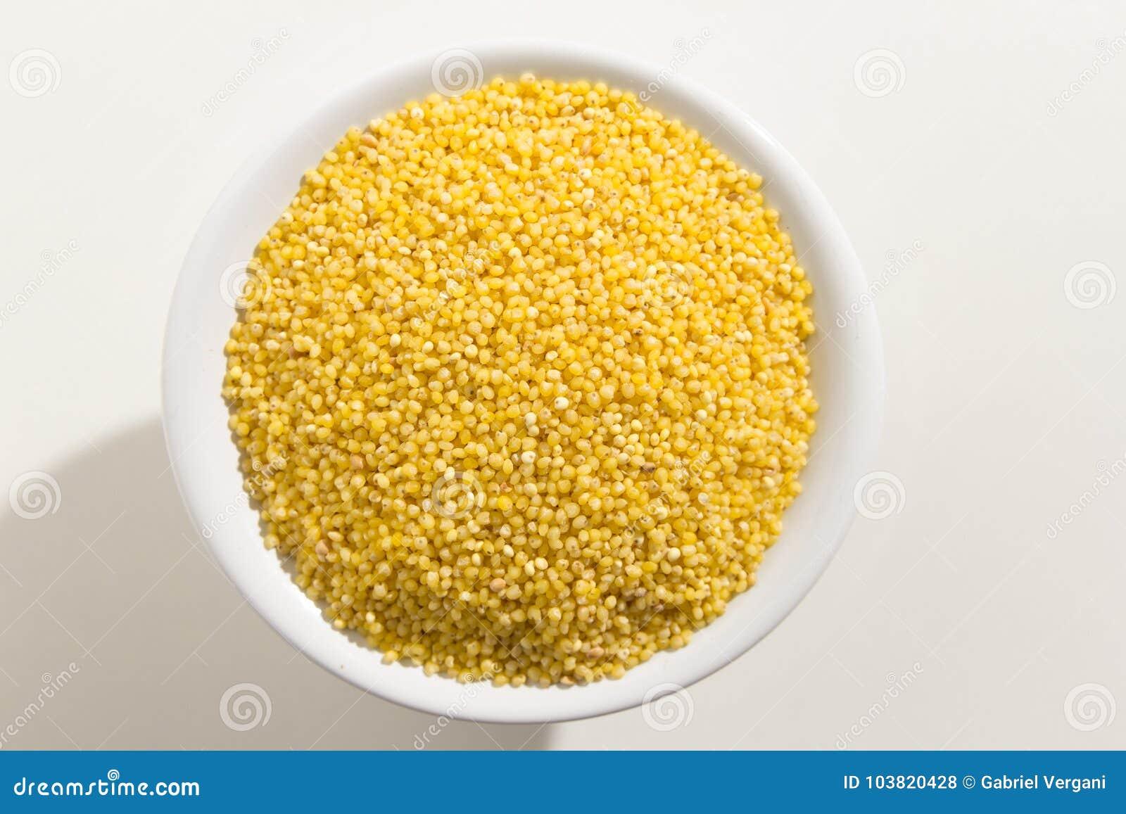 Σιτάρι δημητριακών κεχριού Proso Τοπ άποψη των σιταριών σε ένα κύπελλο Άσπρο β