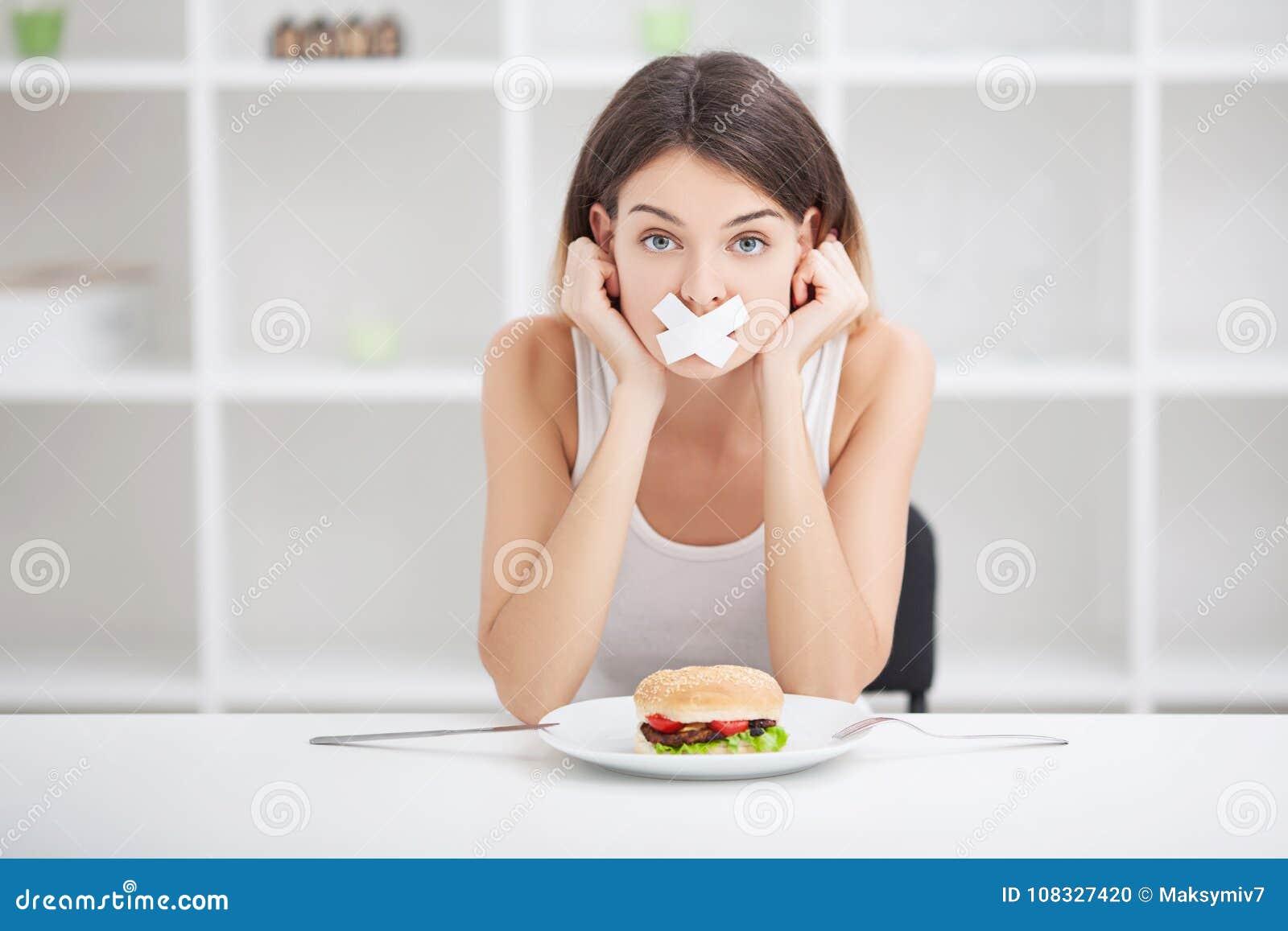 σιτηρέσιο Νέα γυναίκα με την ταινία αγωγών πέρα από το στόμα της, που αποτρέπει την