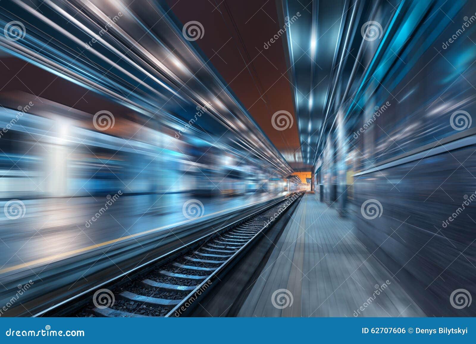 Σιδηροδρομικός σταθμός τη νύχτα με την επίδραση θαμπάδων κινήσεων σιδηρόδρομος