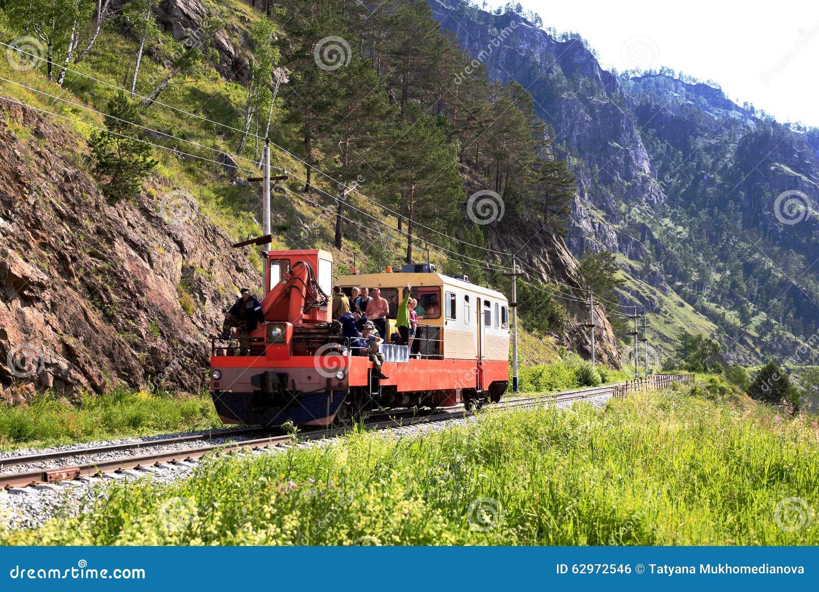 Σιδηρόδρομος circum-Baikal στο νότο της λίμνης Baikal τον Ιούλιο