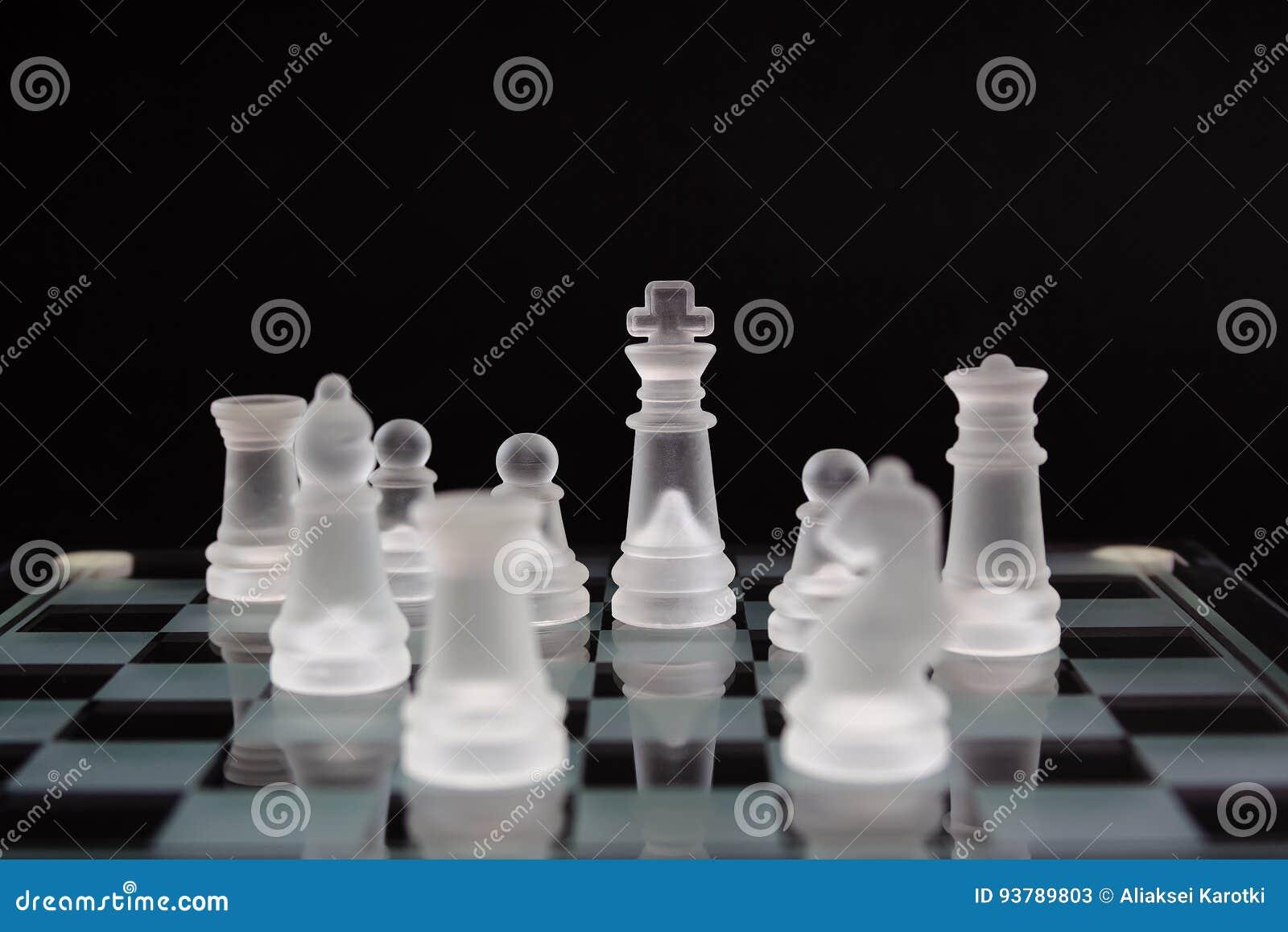 Σκάκι γυαλιού σε ένα μαύρο υπόβαθρο Ελάχιστη επιχειρησιακή έννοια