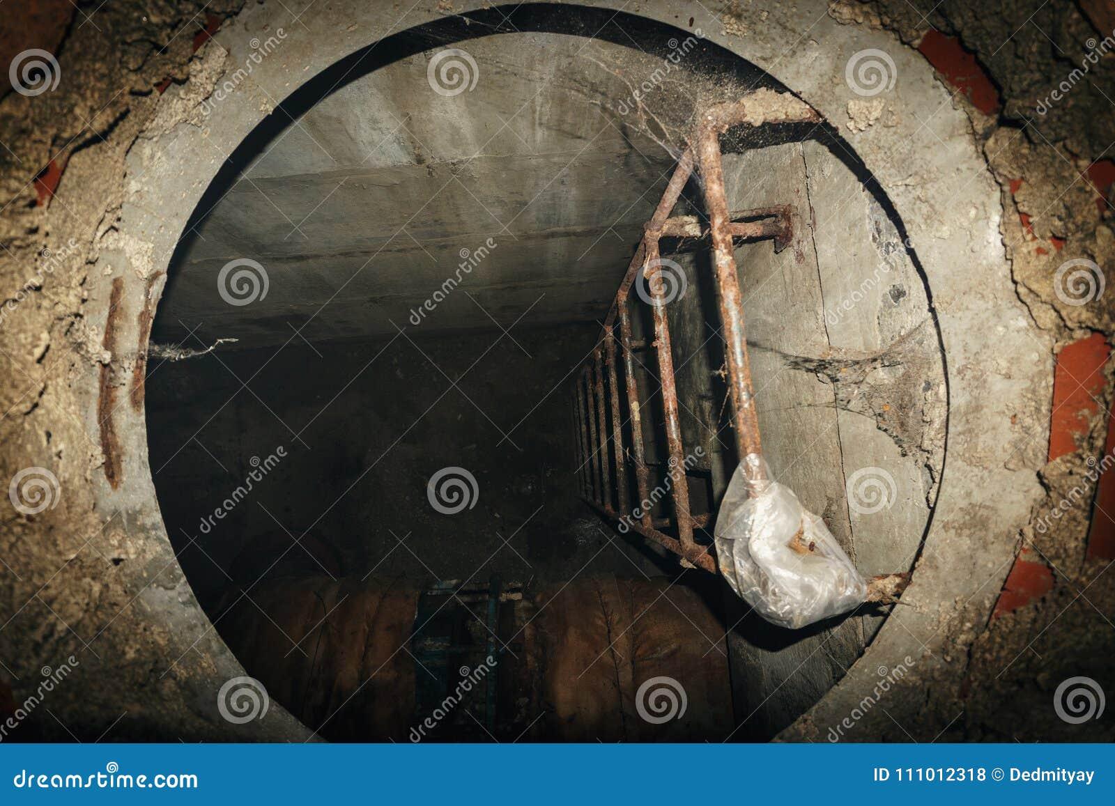 Σκάλα χάλυβα στην τεχνική κάθοδο στο υπόγειο σύστημα λυμάτων, τρύπα αποχετεύσεων