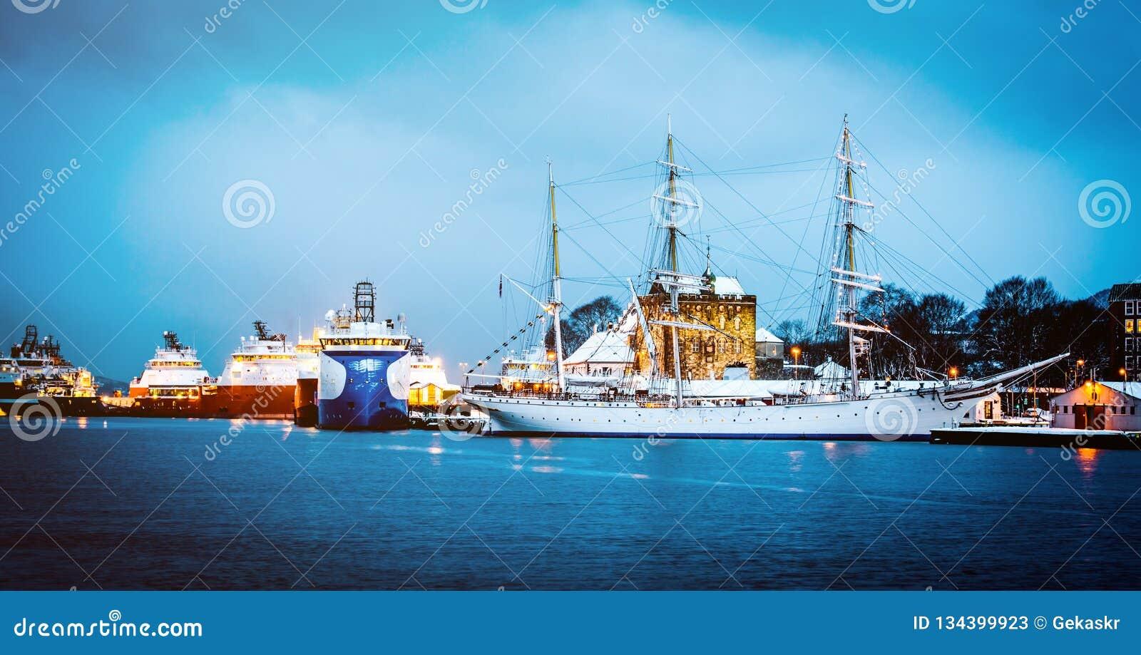 Σκάφη που ελλιμενίζονται στο λιμάνι το βράδυ, Μπέργκεν, Νορβηγία