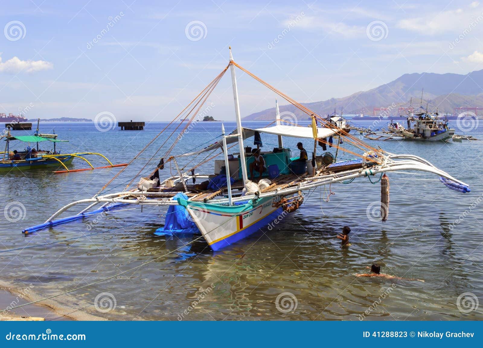 Σκάφος και παιδιά των Φιλιππινών αλιευτικό
