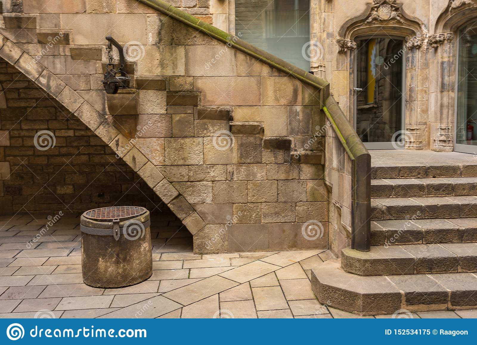 Σκαλοπάτια και ένας παλαιός καλά στο προαύλιο του μουσείου ιστορίας πόλεων της Βαρκελώνης, Βαρκελώνη, Ισπανία