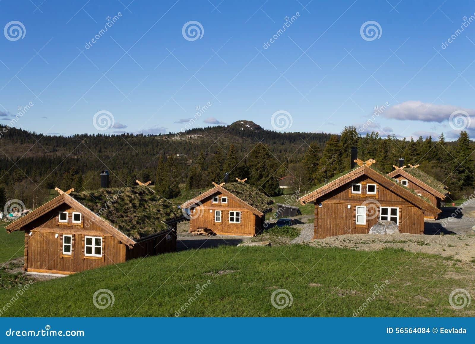 Download Σκανδιναβικά σπίτια στα βουνά Στοκ Εικόνες - εικόνα από κούτσουρα, δάσος: 56564084
