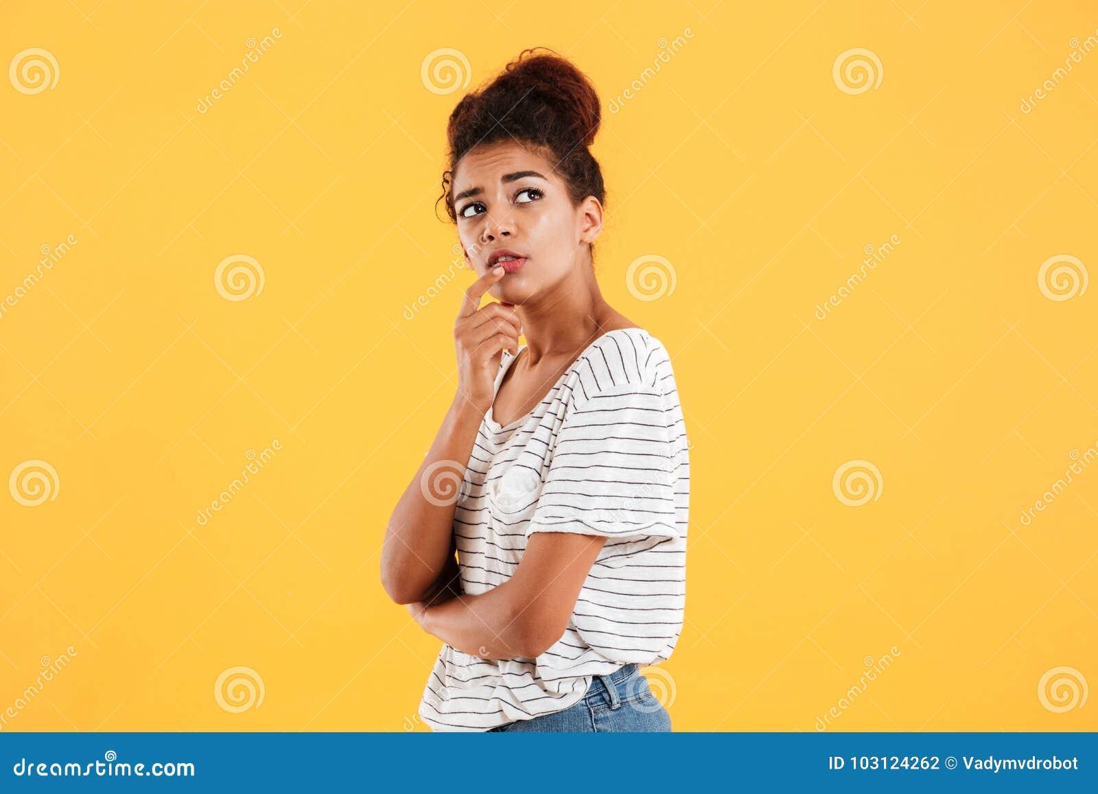 Σκεπτική αφρικανική γυναίκα που φαίνεται επάνω και που σκέφτεται απομονωμένη