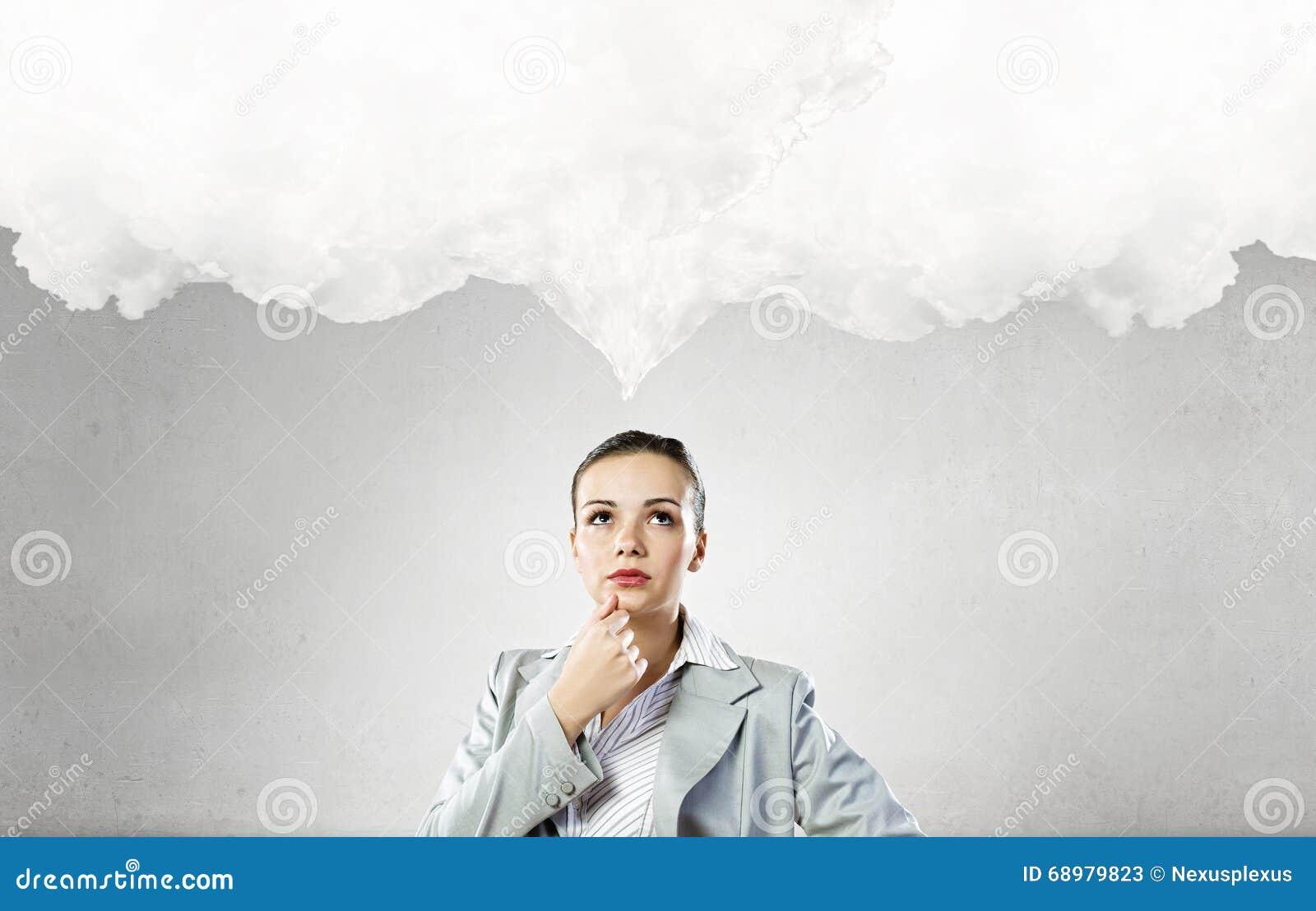 Σκεπτική γυναίκα και οι σκέψεις της