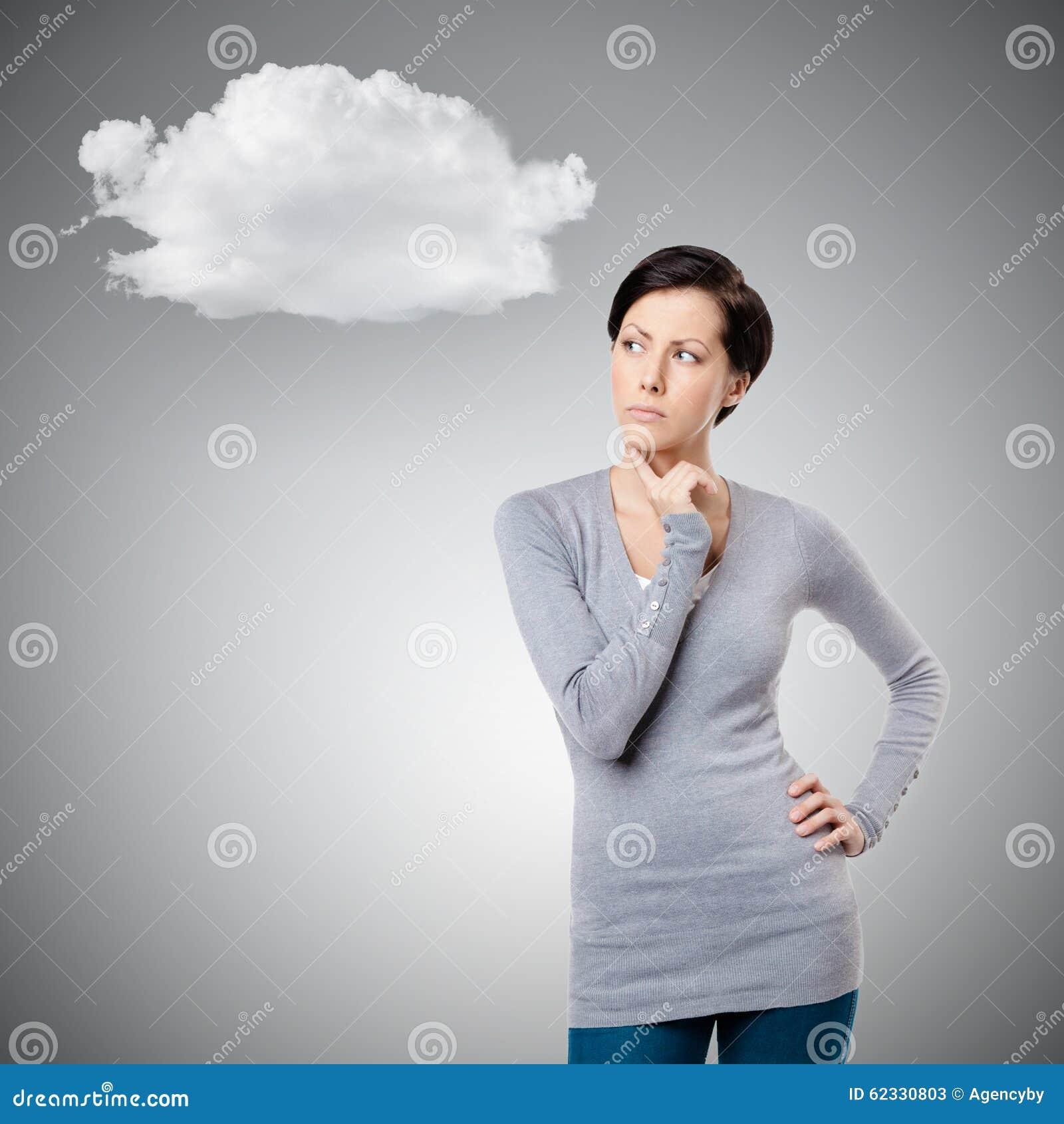 Σκεπτική νέα κυρία με το σύννεφο