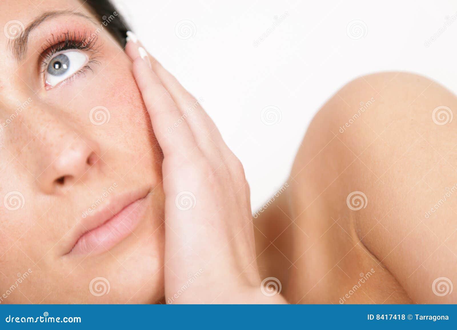 σκεπτόμενη γυναίκα δερμάτ