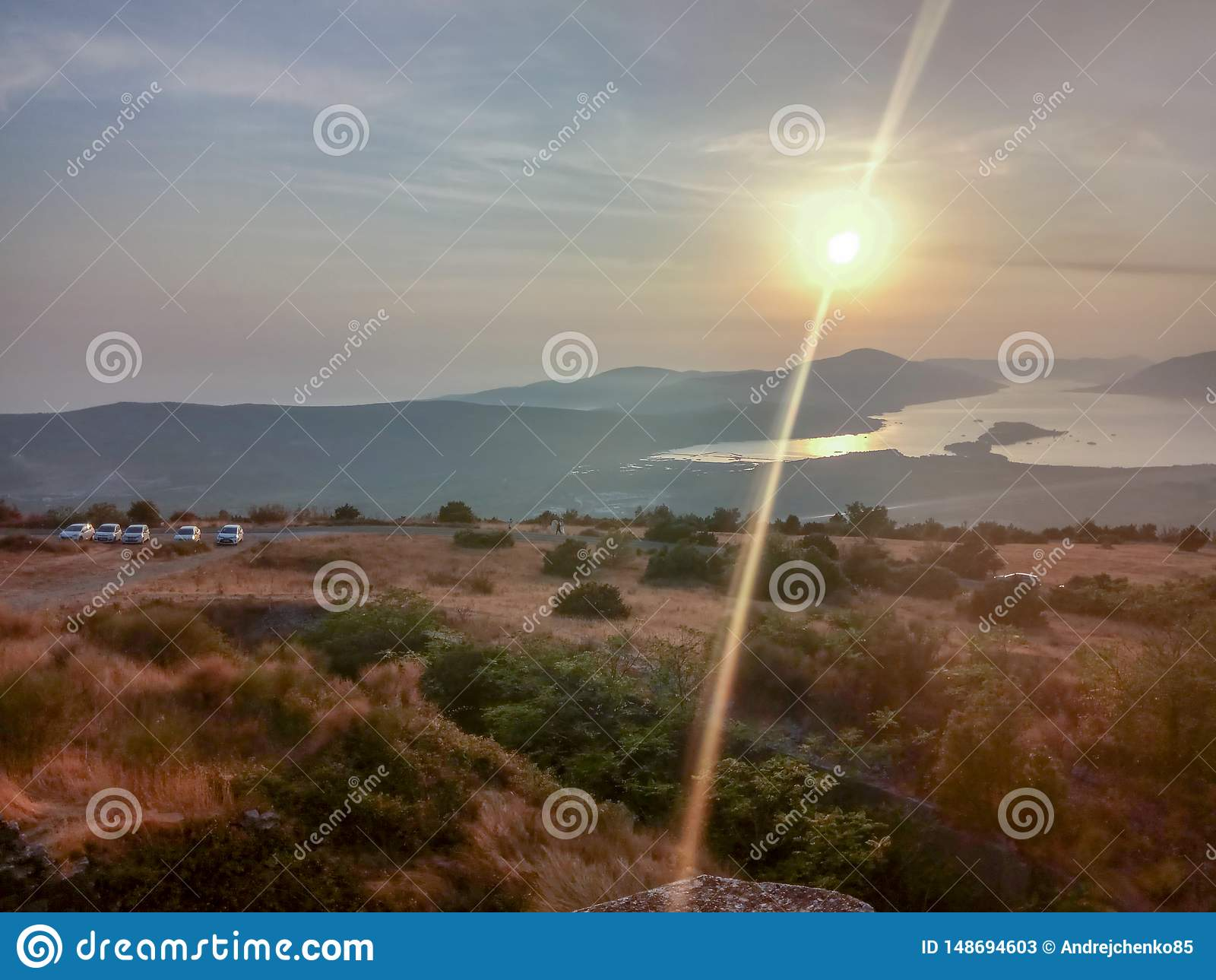 Σκηνή ηλιοβασιλέματος φθινοπώρου ενός βουνού και μιας θάλασσας Μαυροβούνιο