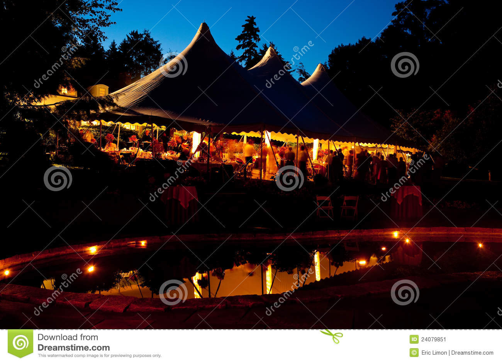 Σκηνή νυχτερινού γάμου με μια αντανάκλαση λιμνών