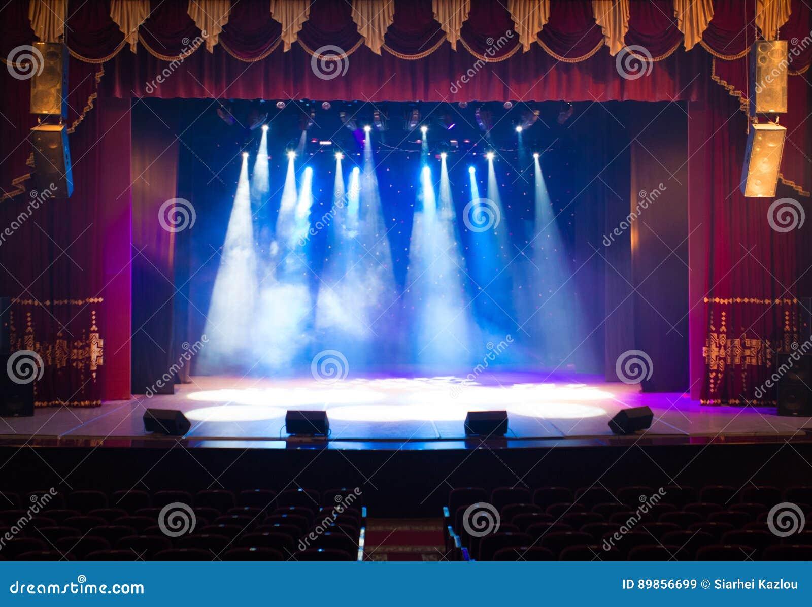 Σκηνή, σκηνικό φως με τα χρωματισμένα επίκεντρα