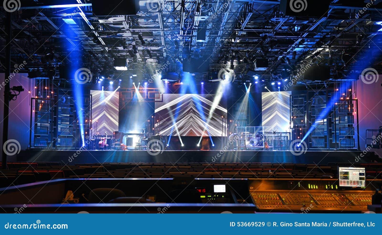 Σκηνή συναυλίας με τα φω τα
