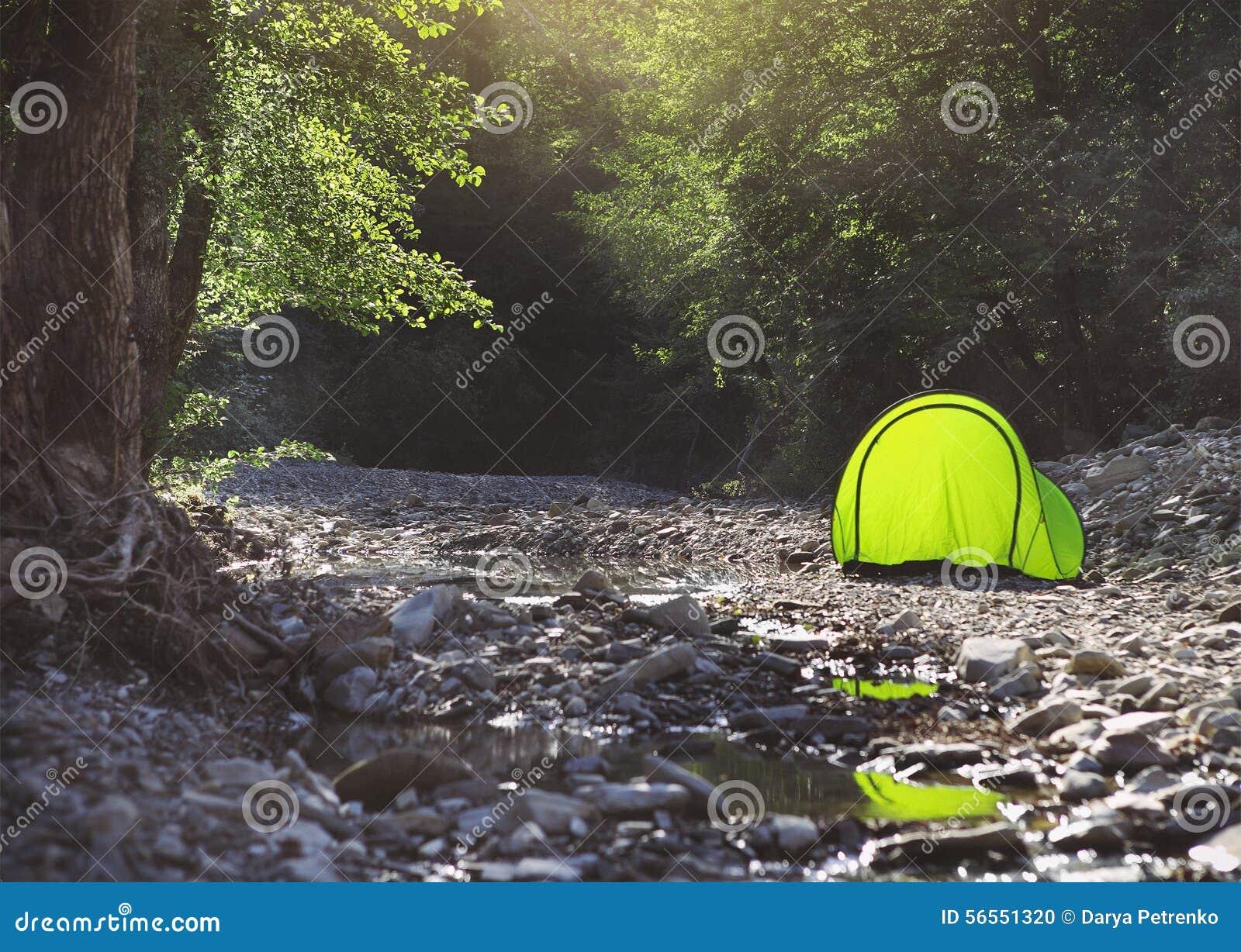 Download Σκηνή τουριστών στο στρατόπεδο κοντά στον ποταμό βουνών Στοκ Εικόνες - εικόνα από αναρριχηθείτε, campground: 56551320