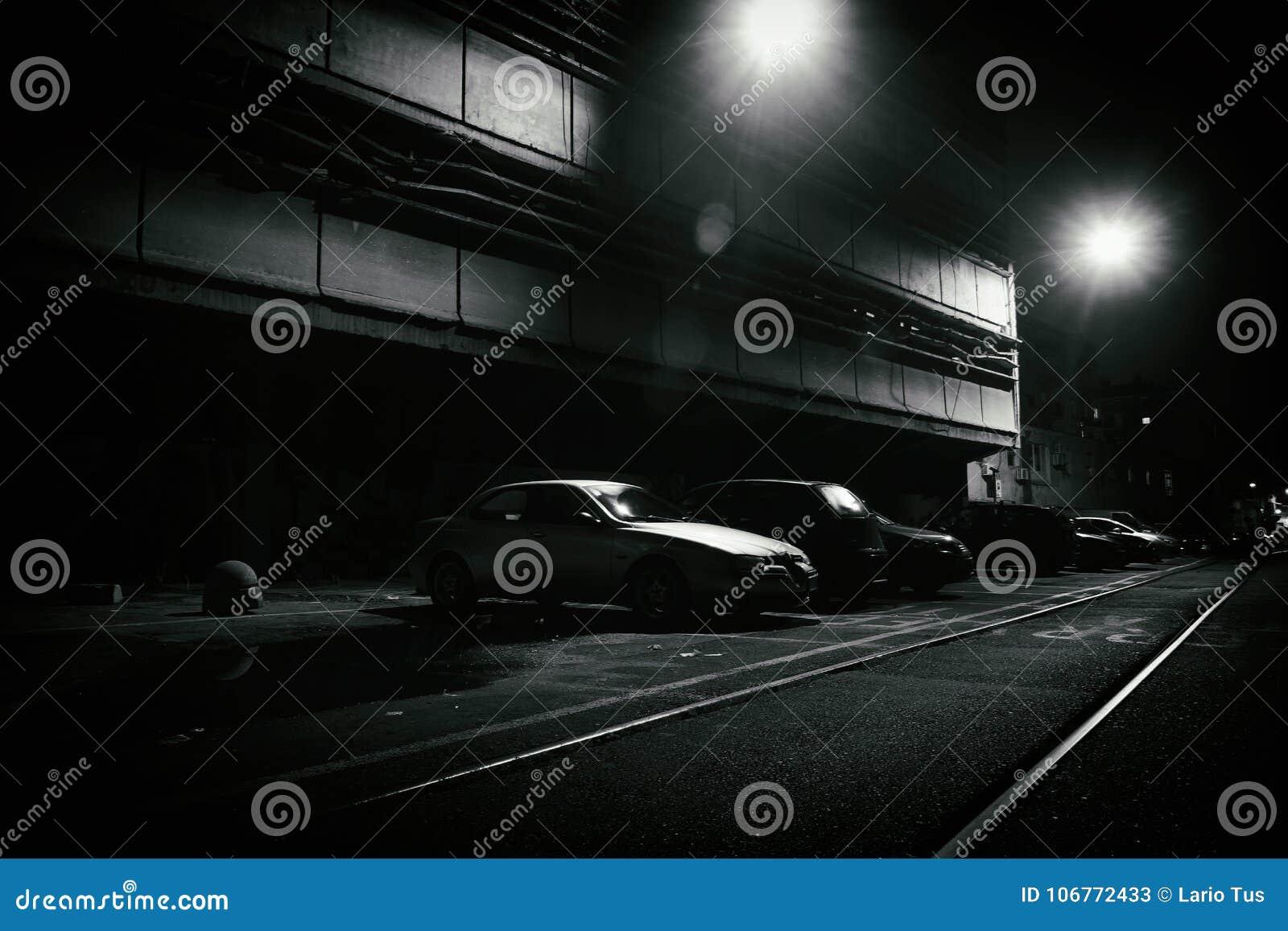 Σκηνή φρίκης μιας σκοτεινής οδού τη νύχτα