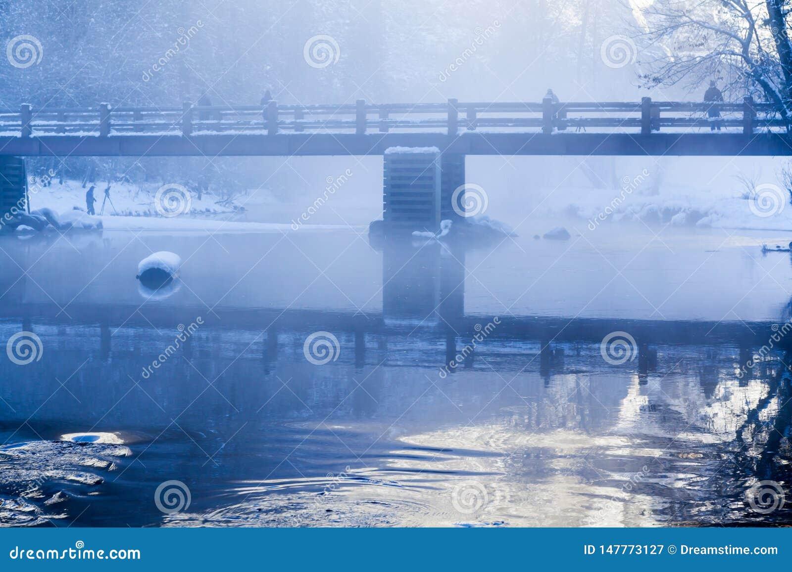 Σκηνή χειμερινού πρωινού ποταμών Merced με την υδρονέφωση