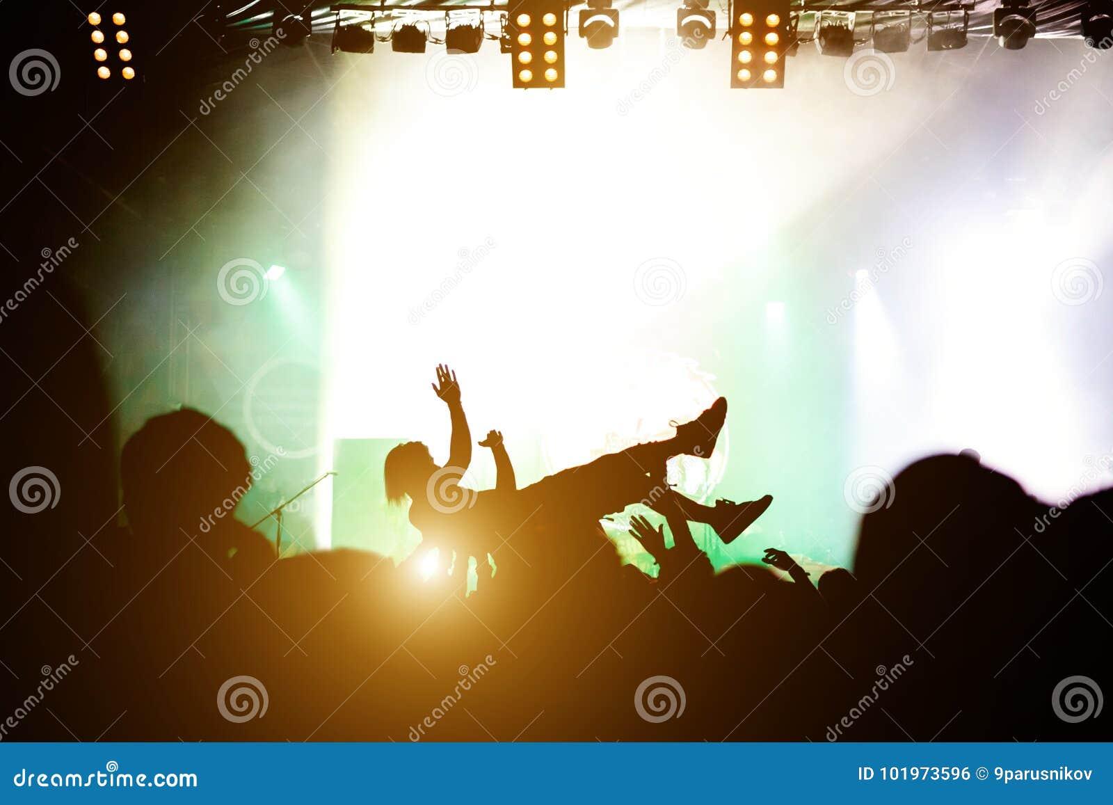 Σκηνική κατάδυση Πλήθος που κάνει σερφ κατά τη διάρκεια μιας μουσικής απόδοσης