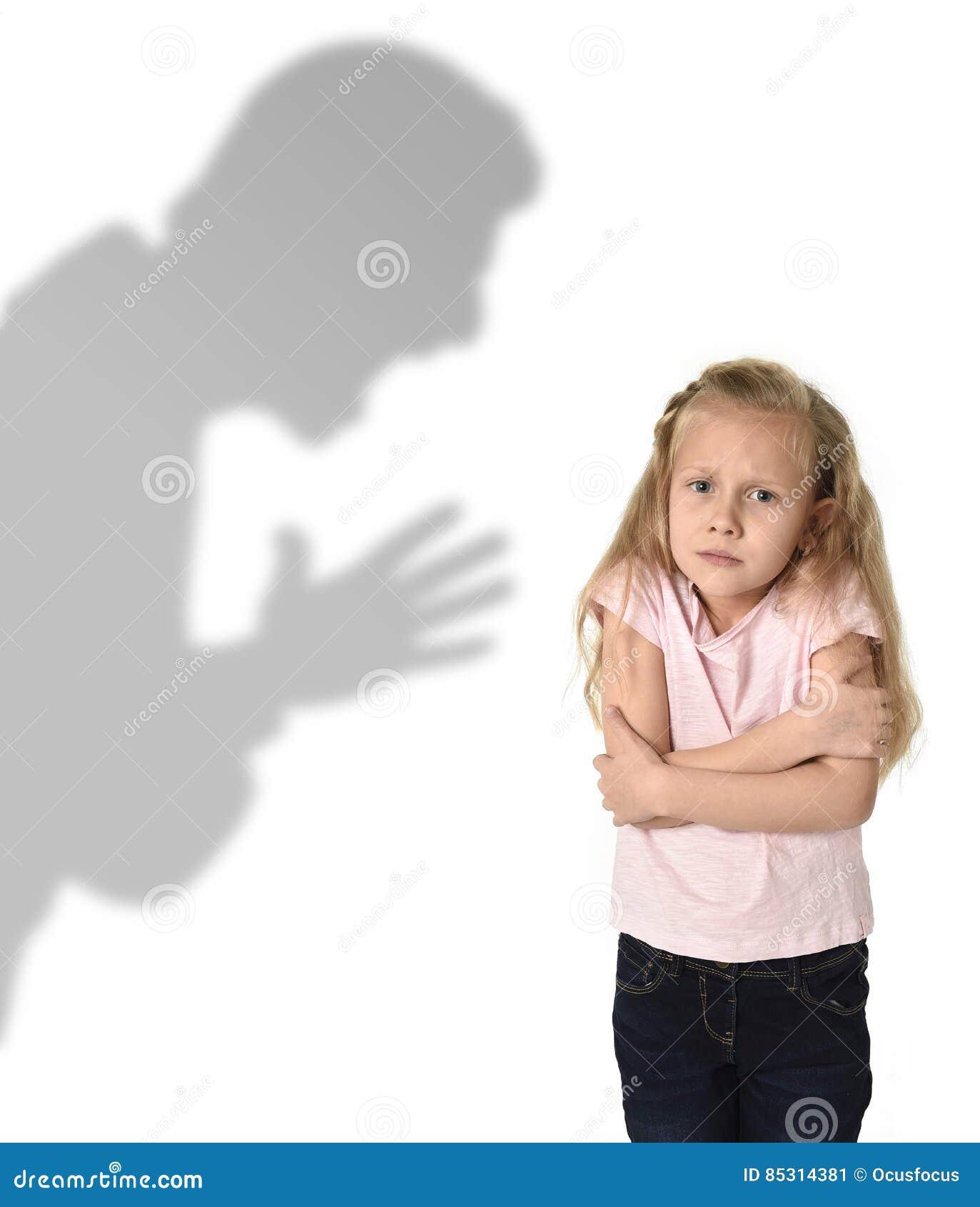 Σκιά πατέρων ή δασκάλων που κραυγάζει το νέο γλυκό επίπληξης λίγη μαθήτρια ή κόρη