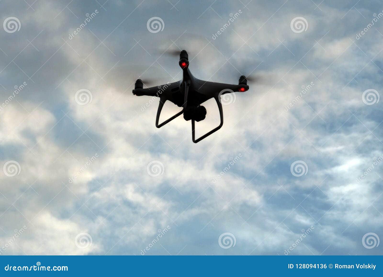 Σκιαγραφία ενός τηλεκατευθυνόμενου εναέριου οχήματος στα σύννεφα Οι μύγες quadcopter στον ουρανό διάστημα αντιγράφων