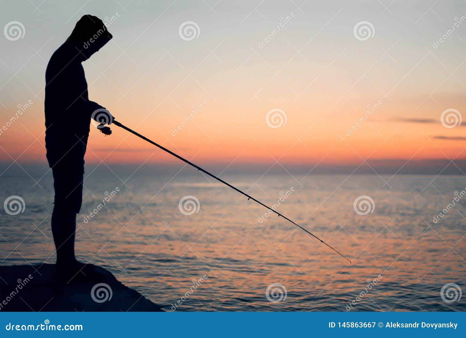 Σκιαγραφία ενός ψαρά στο ηλιοβασίλεμα