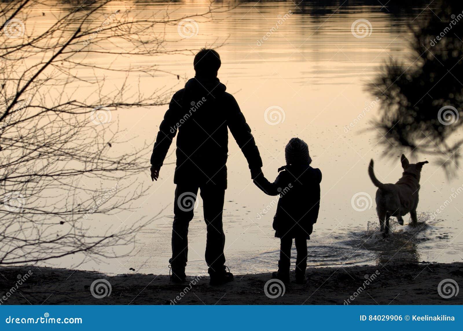Σκιαγραφία μιας ευτυχούς οικογένειας με το σκυλί