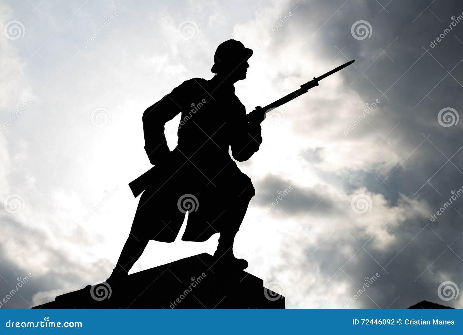 Σκιαγραφία στρατιωτών κάτω από το νεφελώδη ουρανό