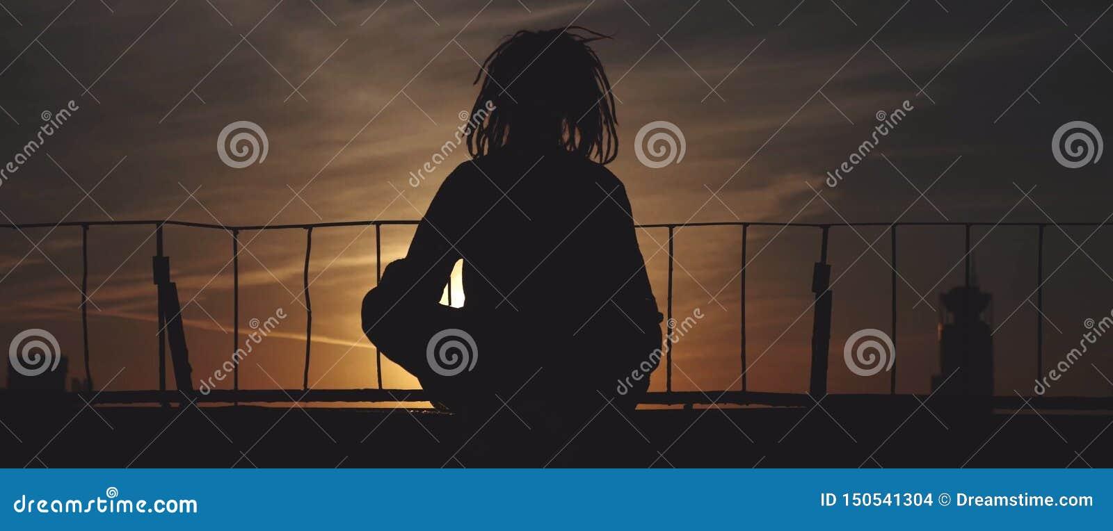 Σκιαγραφία της γυναίκας στη γέφυρα