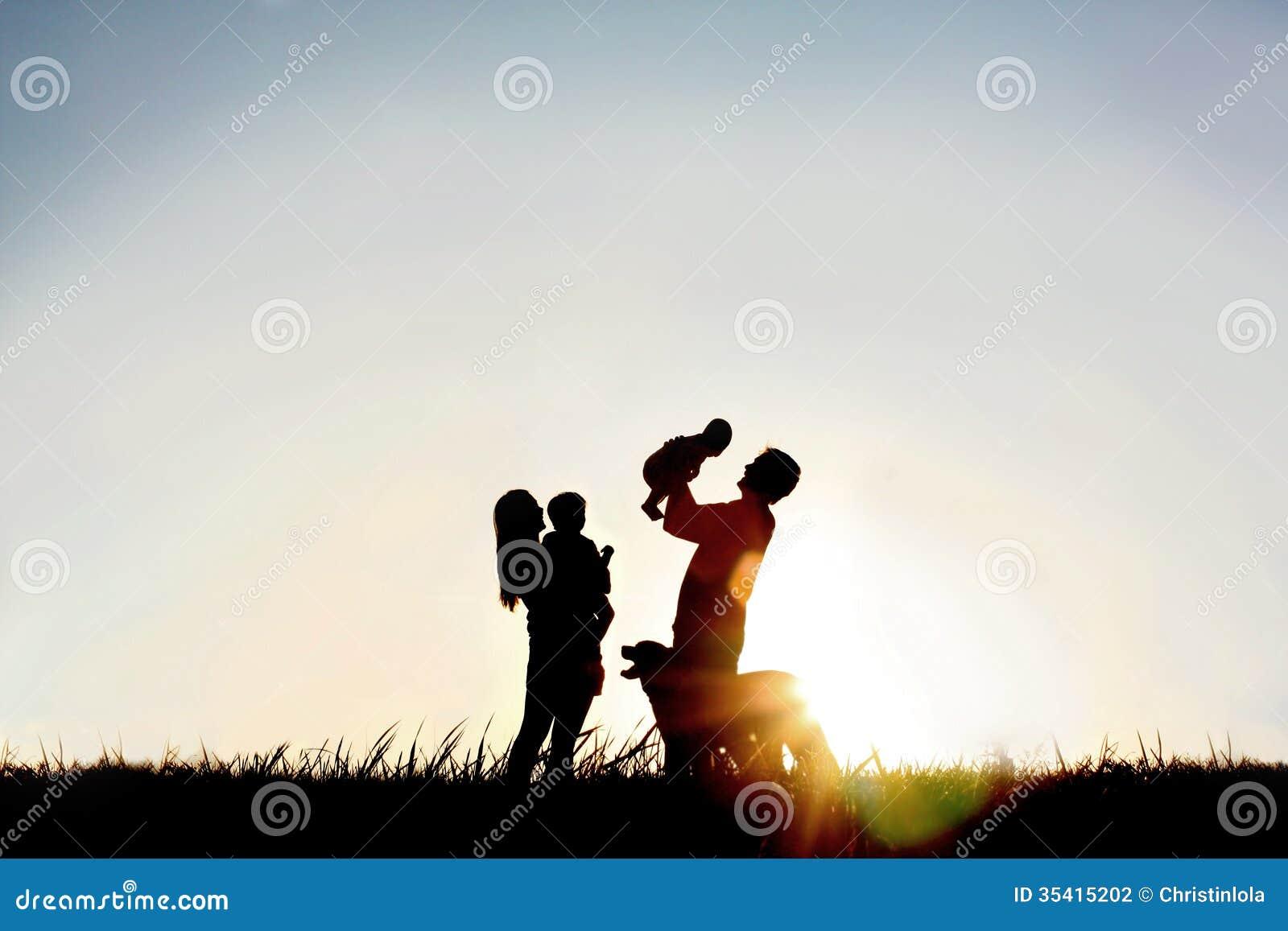 Σκιαγραφία της ευτυχών οικογένειας και του σκυλιού