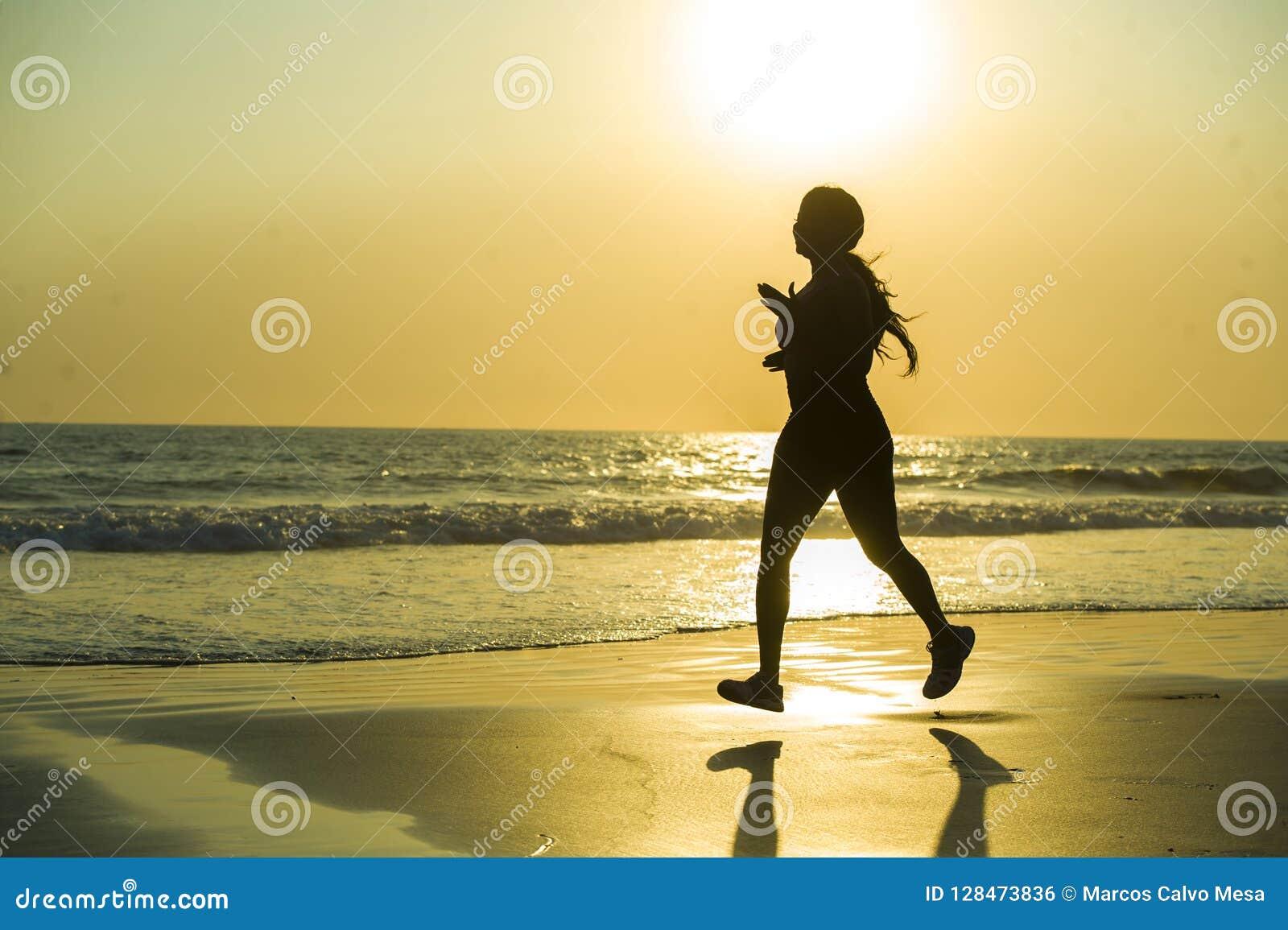 Σκιαγραφία της νέας ευτυχούς και ελκυστικής άσκησης γυναικών δρομέων αφροαμερικάνων στο τρέξιμο της ικανότητας workout στην όμορφ