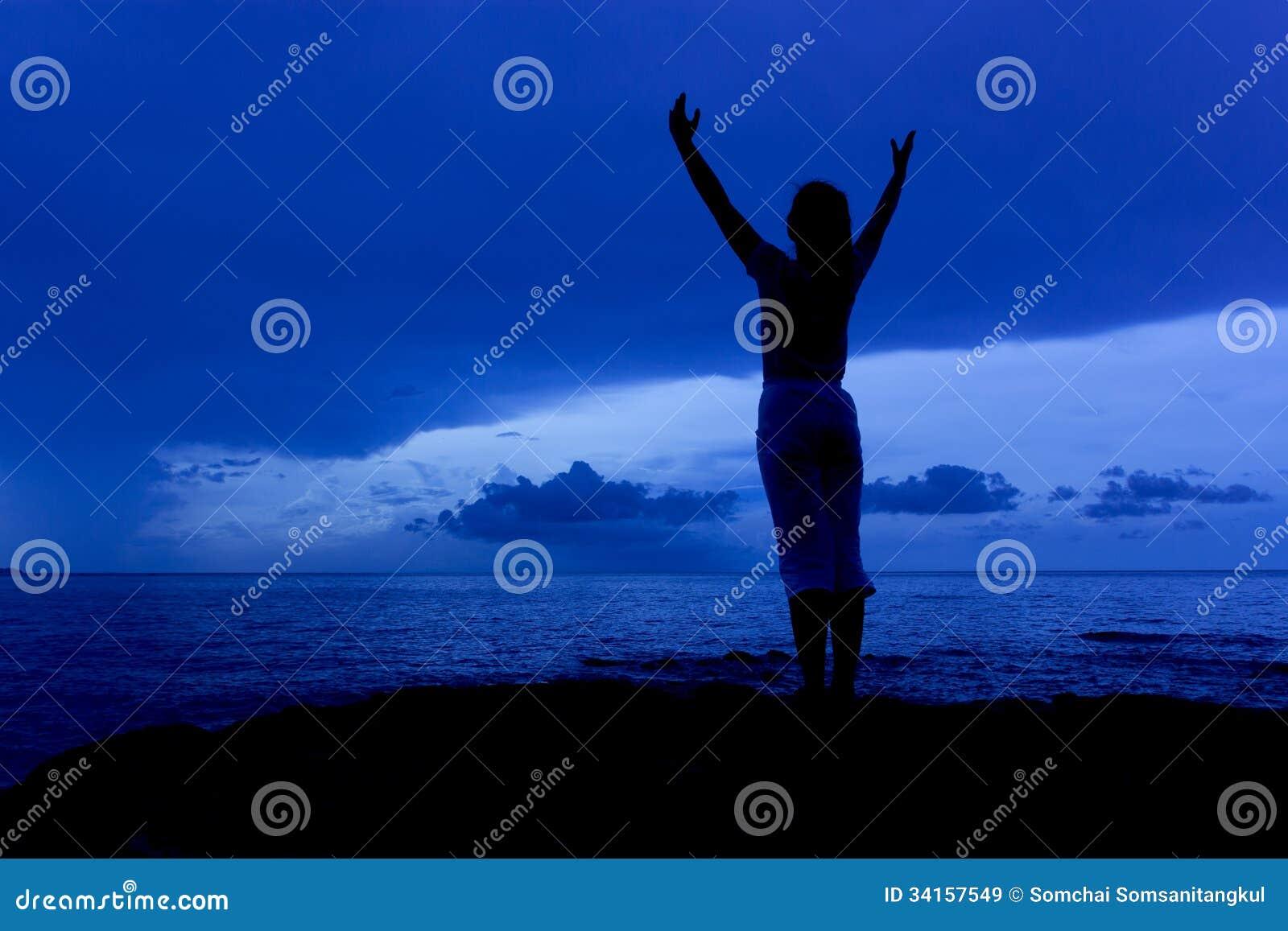 Σκιαγραφία της όμορφης γυναίκας στο μπλε ουρανό morn