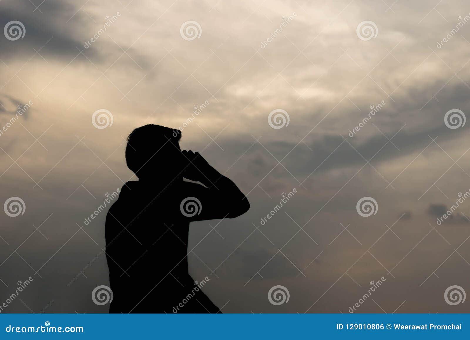 Σκιαγραφία του ατόμου που μιλά στο smartphone